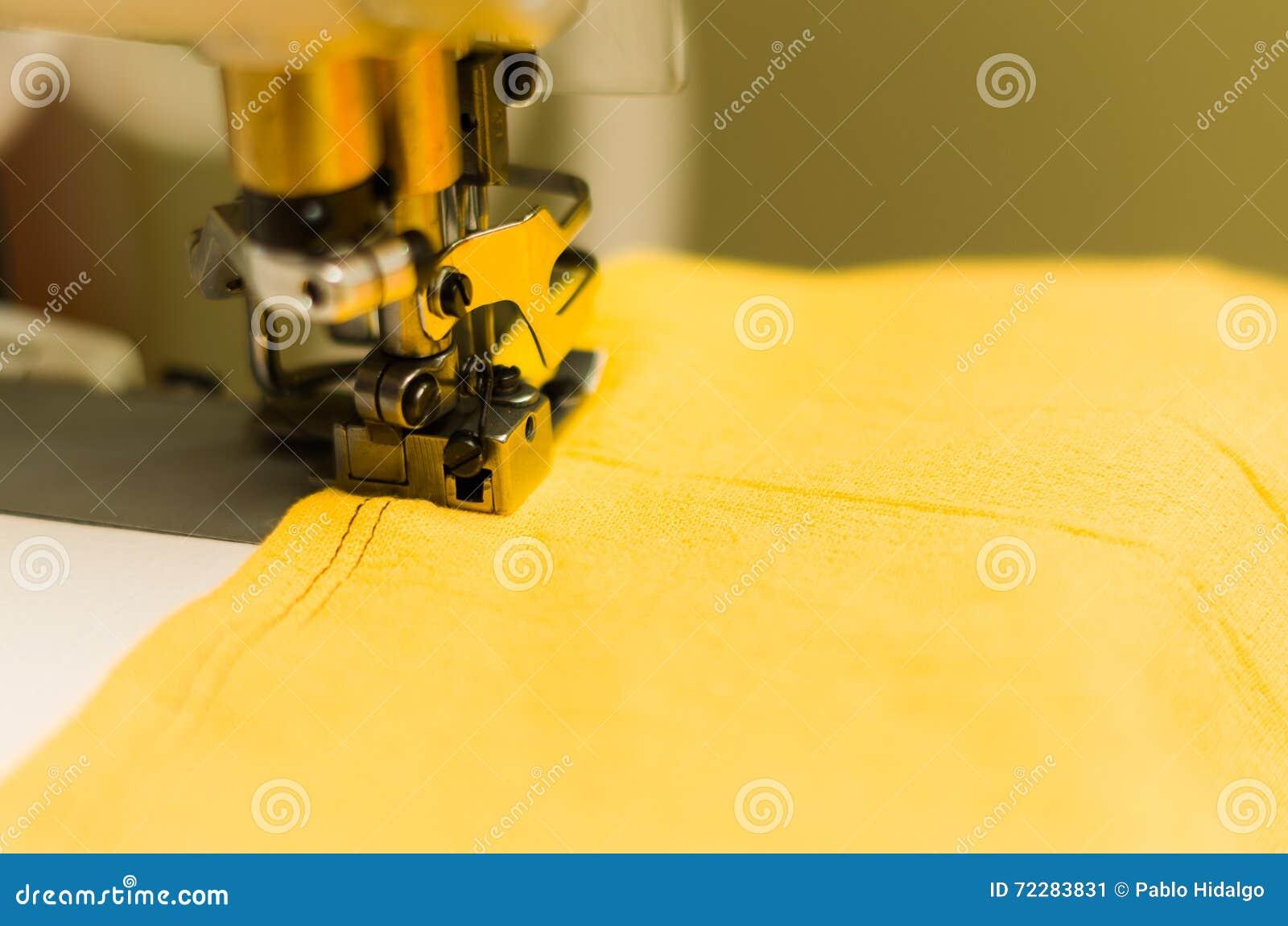 Download Закройте вверх швейной машины, желтой ткани с черным потоком Стоковое Изображение - изображение насчитывающей машины, продукция: 72283831