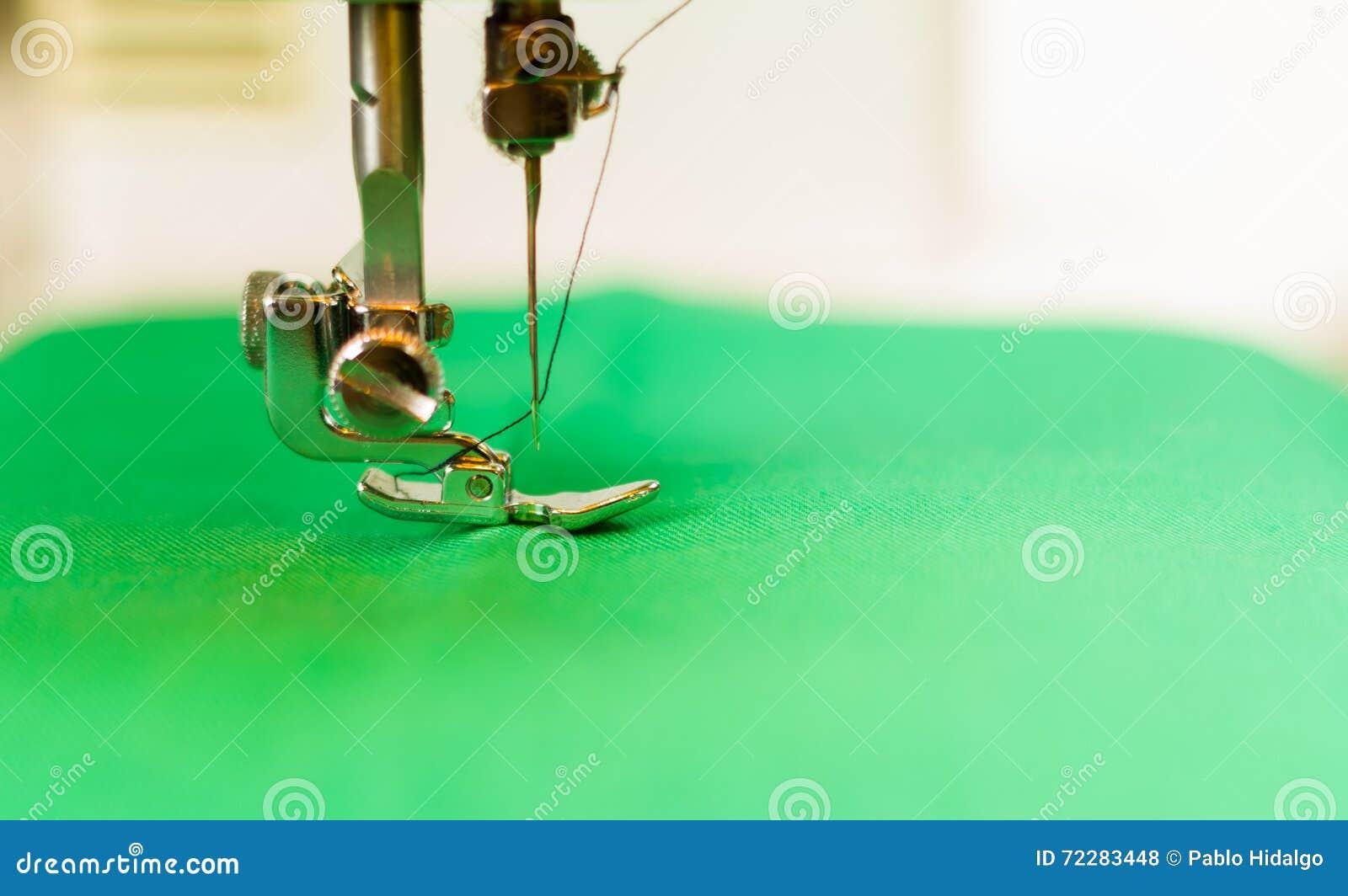 Download Закройте вверх Needdle в швейной машине, потока на этом Fabric Green Стоковое Фото - изображение насчитывающей конструкция, зашейте: 72283448
