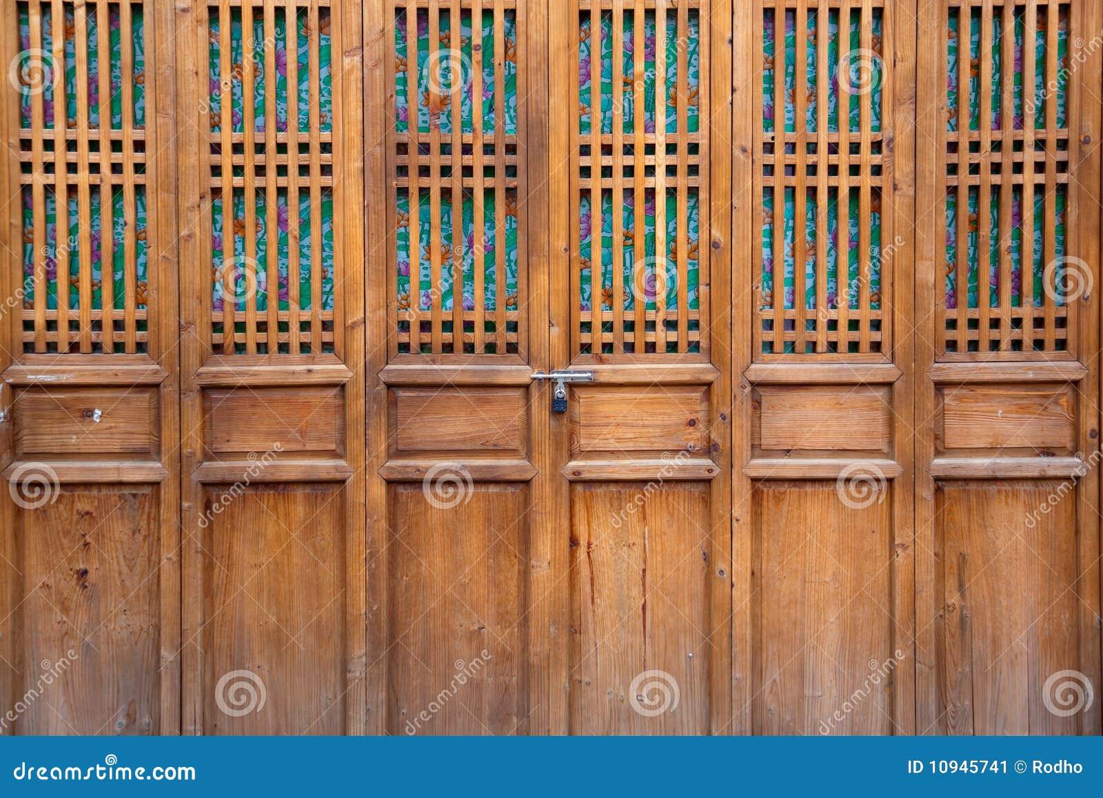 закрытая дверь деревянная