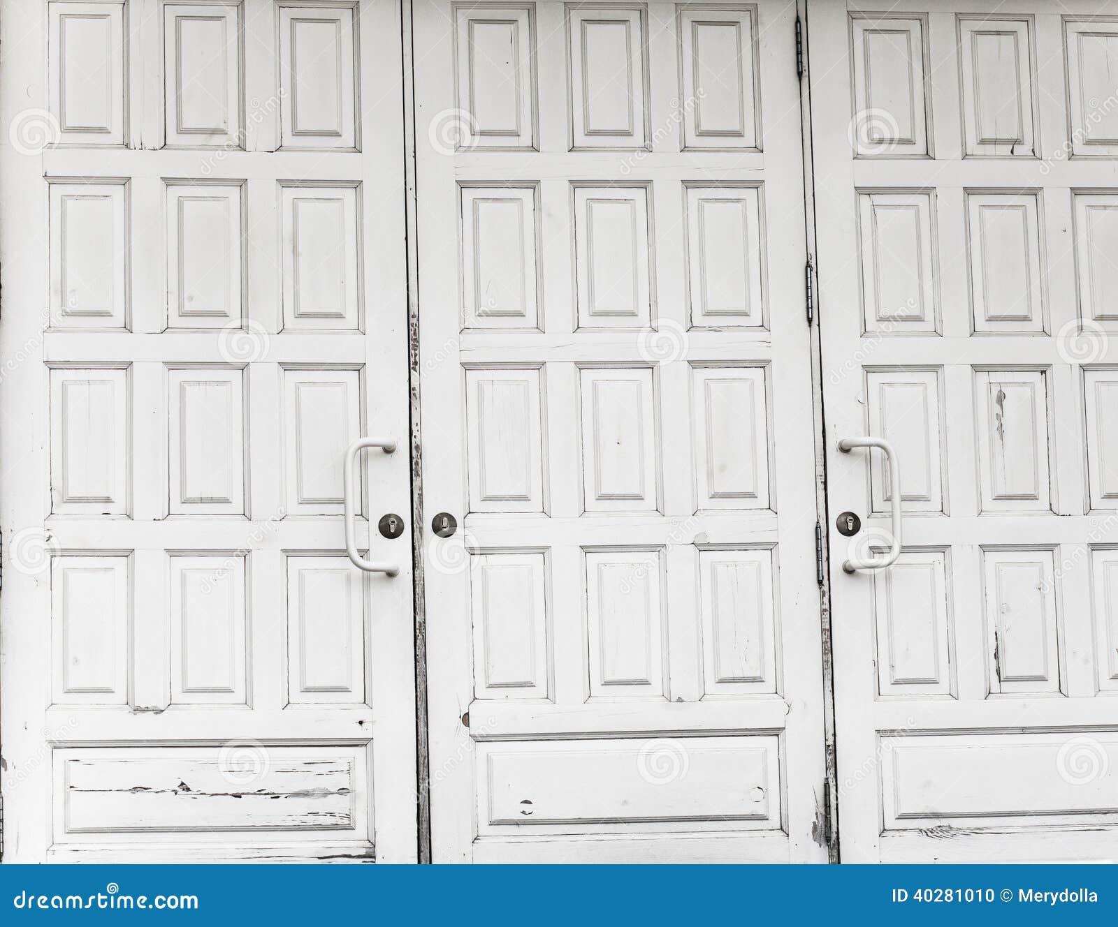 Закрытые белые двери