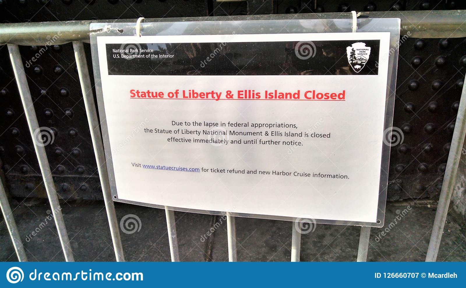 Закрытые виды знака перед баррикад дверями NPS
