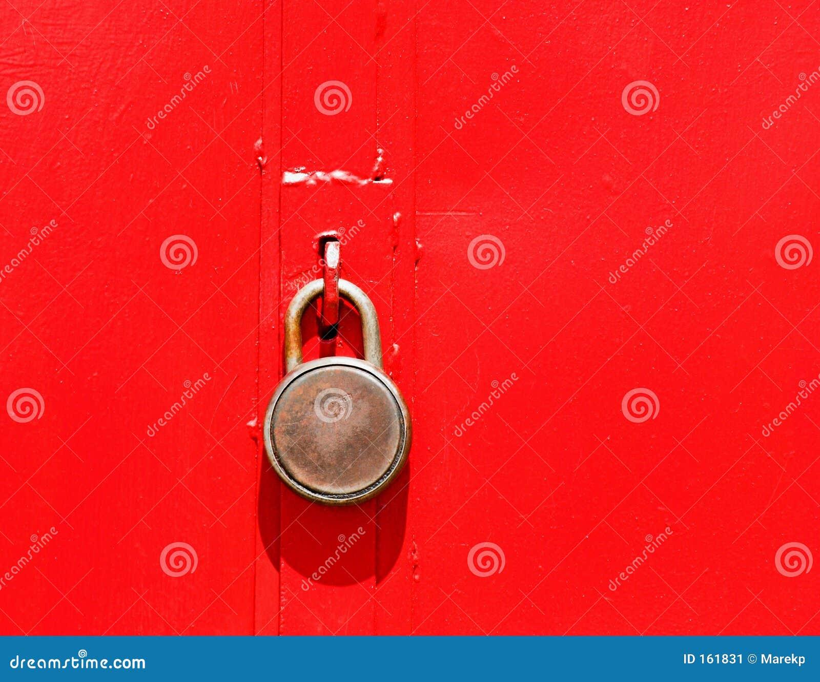 закрытый красный цвет двери