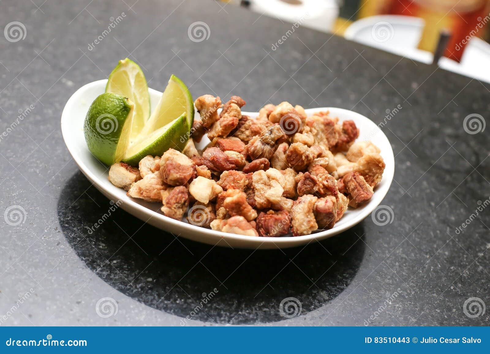 Закуска зажаренных кожур свинины