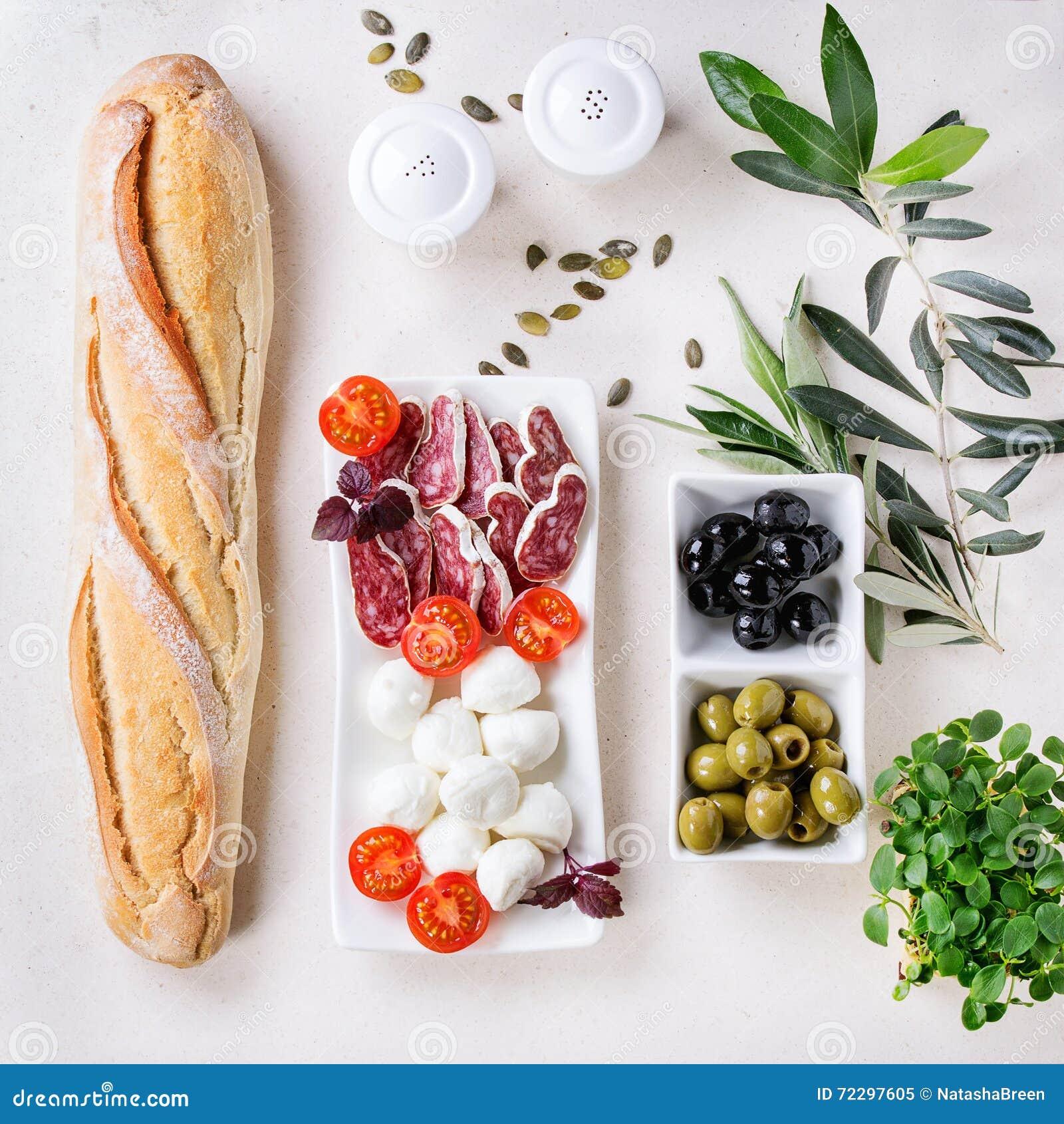 Download Закуска с оливками и хлебом Стоковое Изображение - изображение насчитывающей плоско, свеже: 72297605