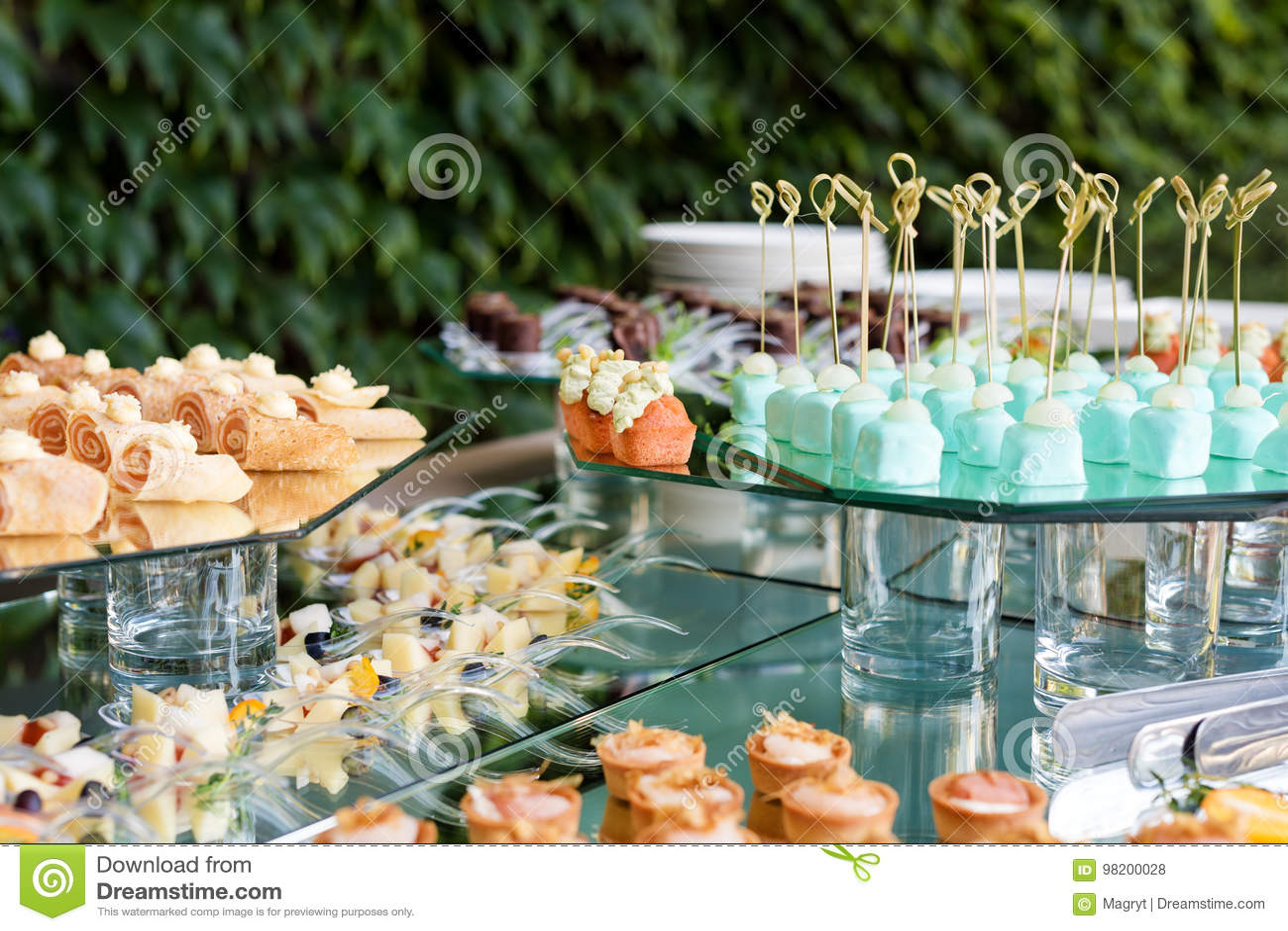 Download Закуски, еда пальца, еда партии, слайдеры Канапе, тапы кафе служило терраса таблицы лета Ресторанное обслуживание Стоковое Фото - изображение насчитывающей съемка, праздник: 98200028