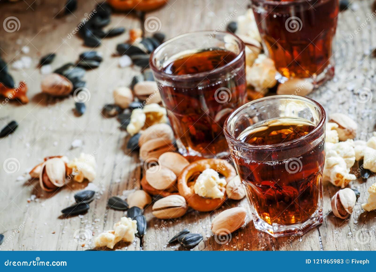 Закуски стекел колы, сладостных и смачных, старый деревянный стол, unhealt