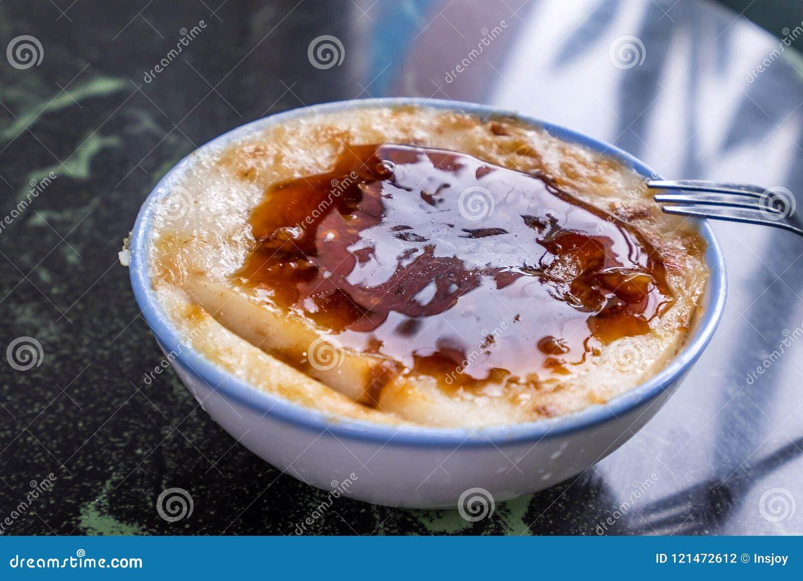 Закуски ` s Тайваня отличительные известные: Смачный gui Wa рисового пудинга в белом шаре на каменной таблице, деликатесах Тайван