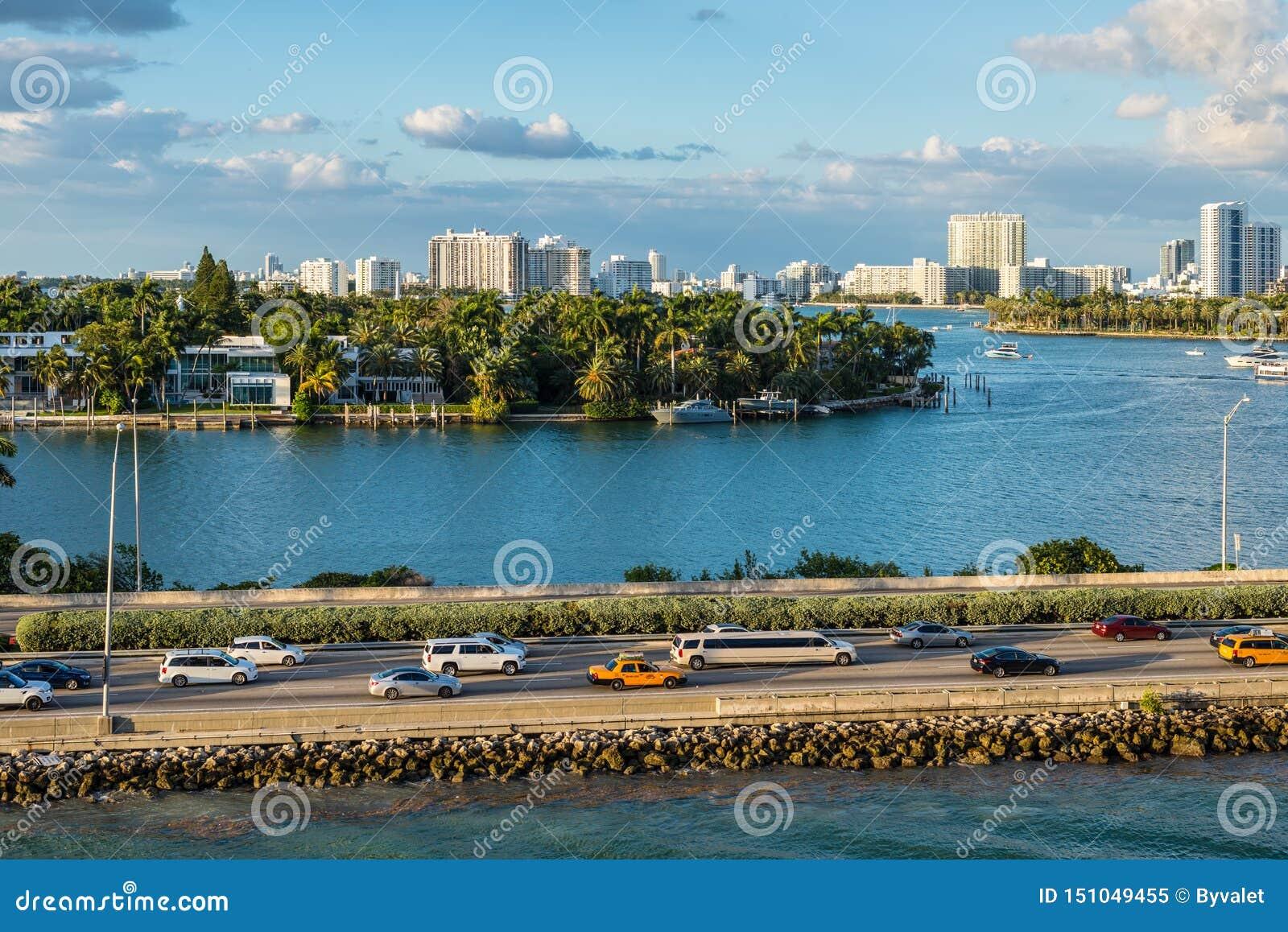 Залив Biscayne и scenics Флориды мощеной дорожки Macarthur, Соединенные Штаты Америки