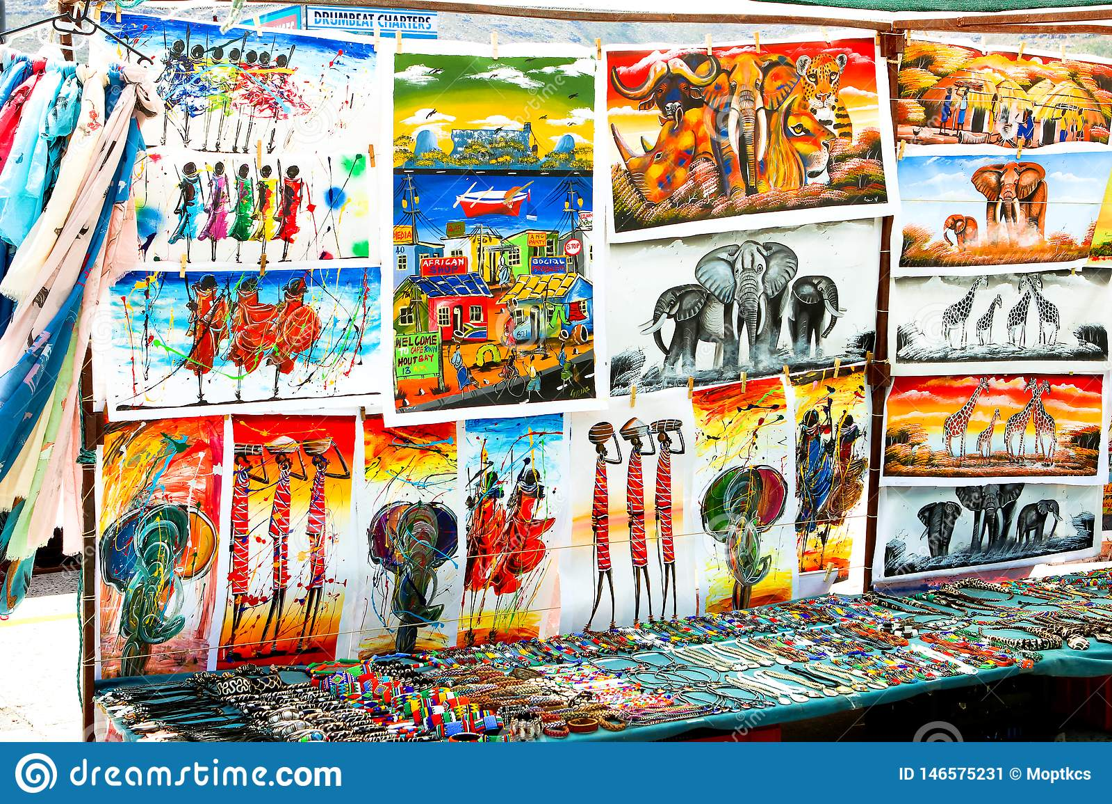 ЗАЛИВ HOUT, КЕЙПТАУН, ЮЖНАЯ АФРИКА - 24-ОЕ ДЕКАБРЯ 2017: Традиционные африканские картины, handmade аксессуары и сувениры на мест