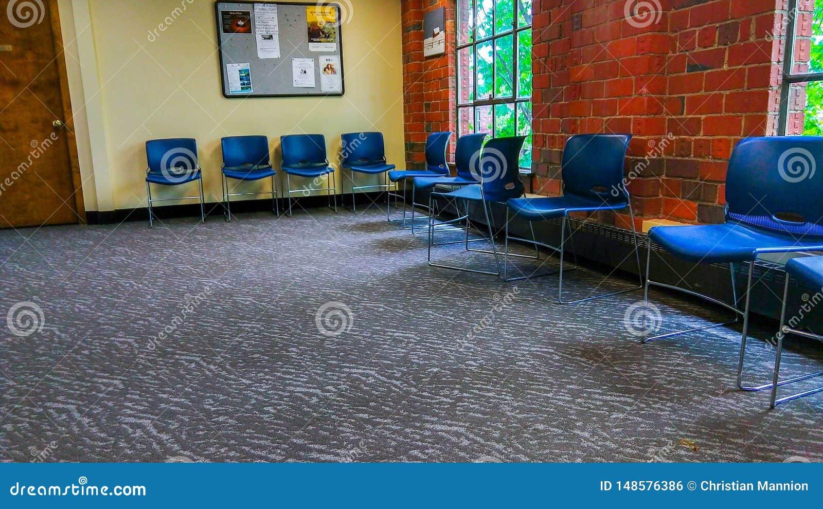 Зал ожидания офиса Empy в винтажном кирпичном здании