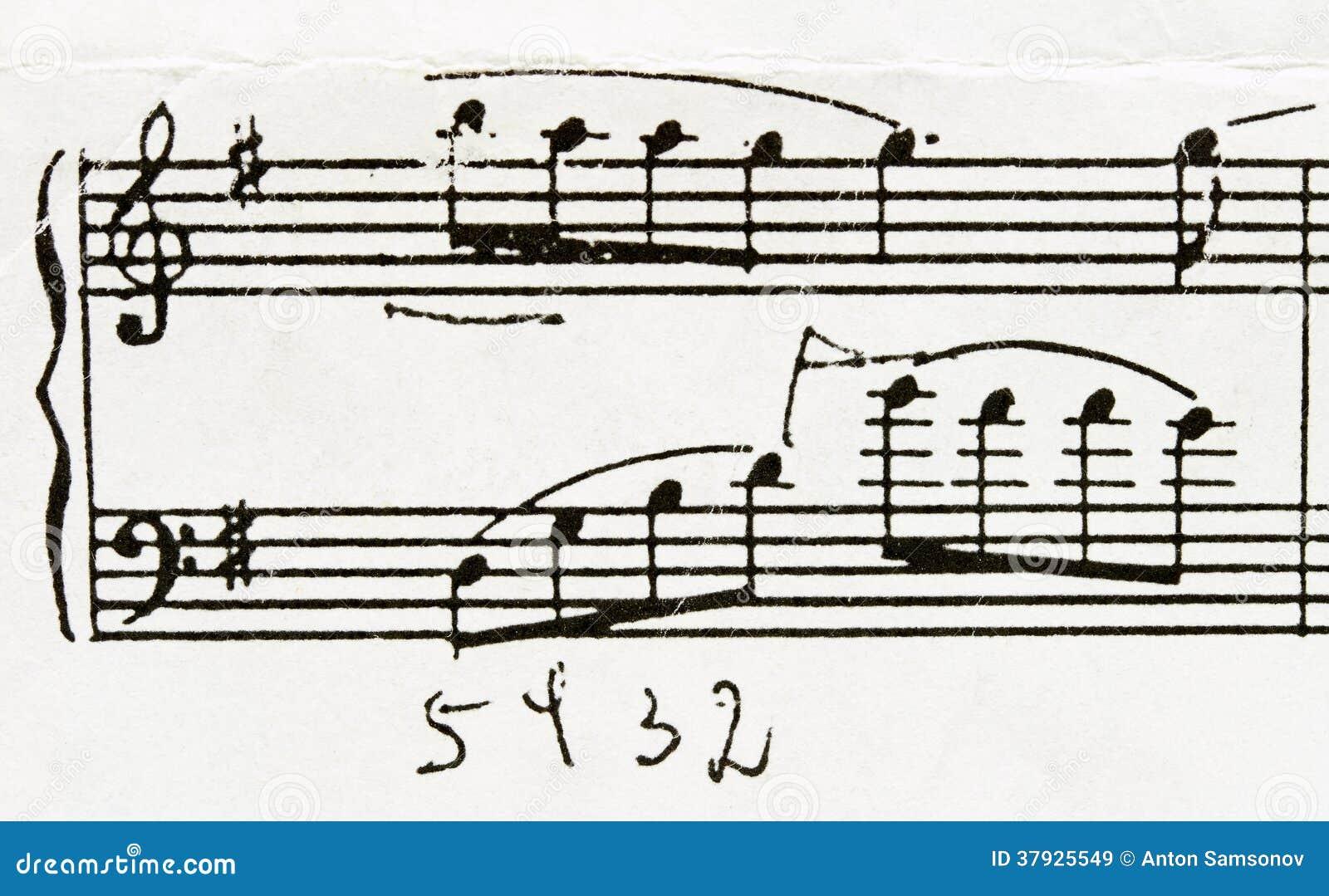 Замечает рояль