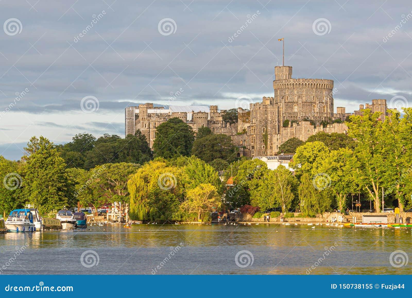 Замок Виндзор обозревая реку Темза, Англию