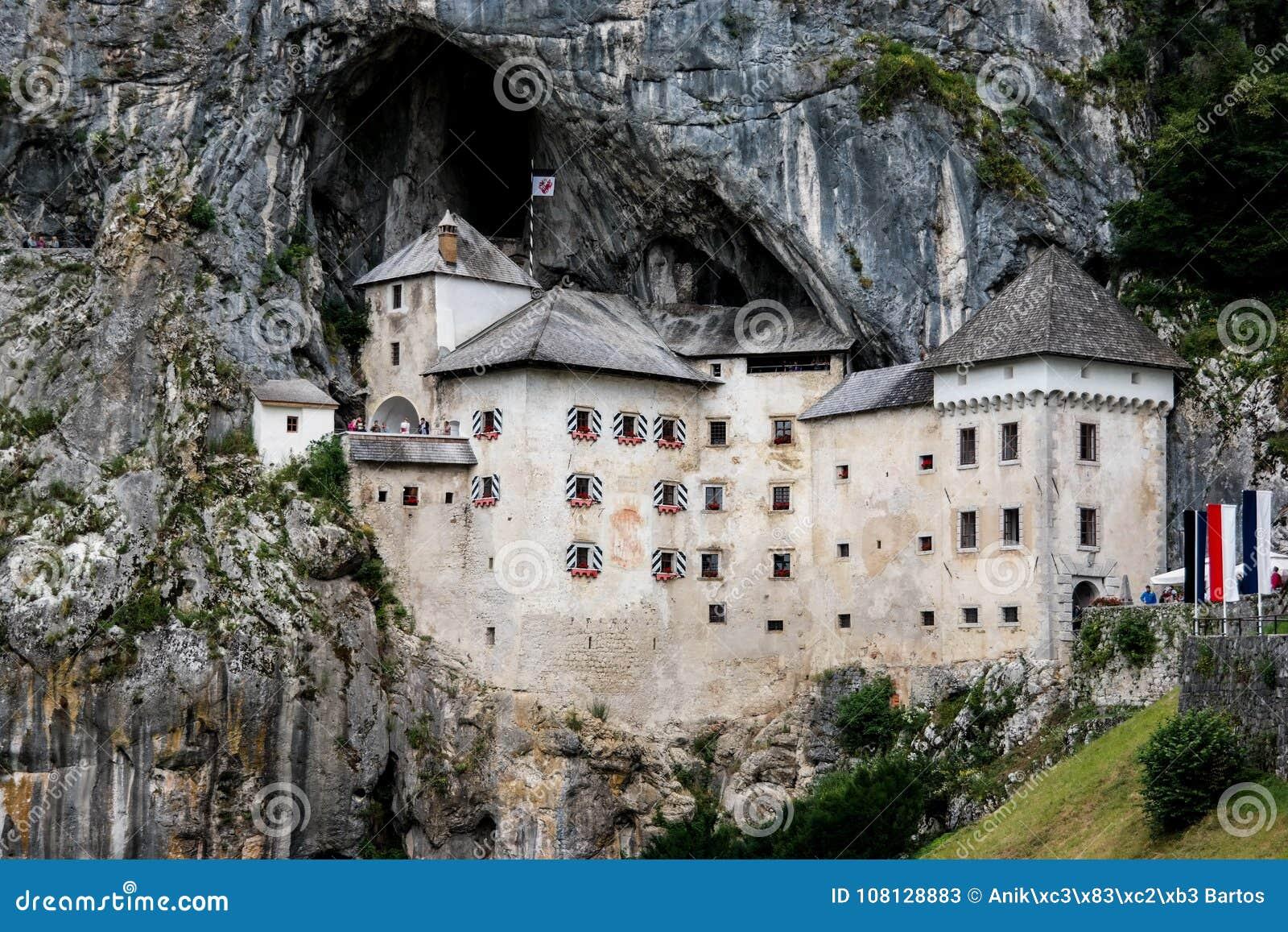 Замок в утесе в Словении