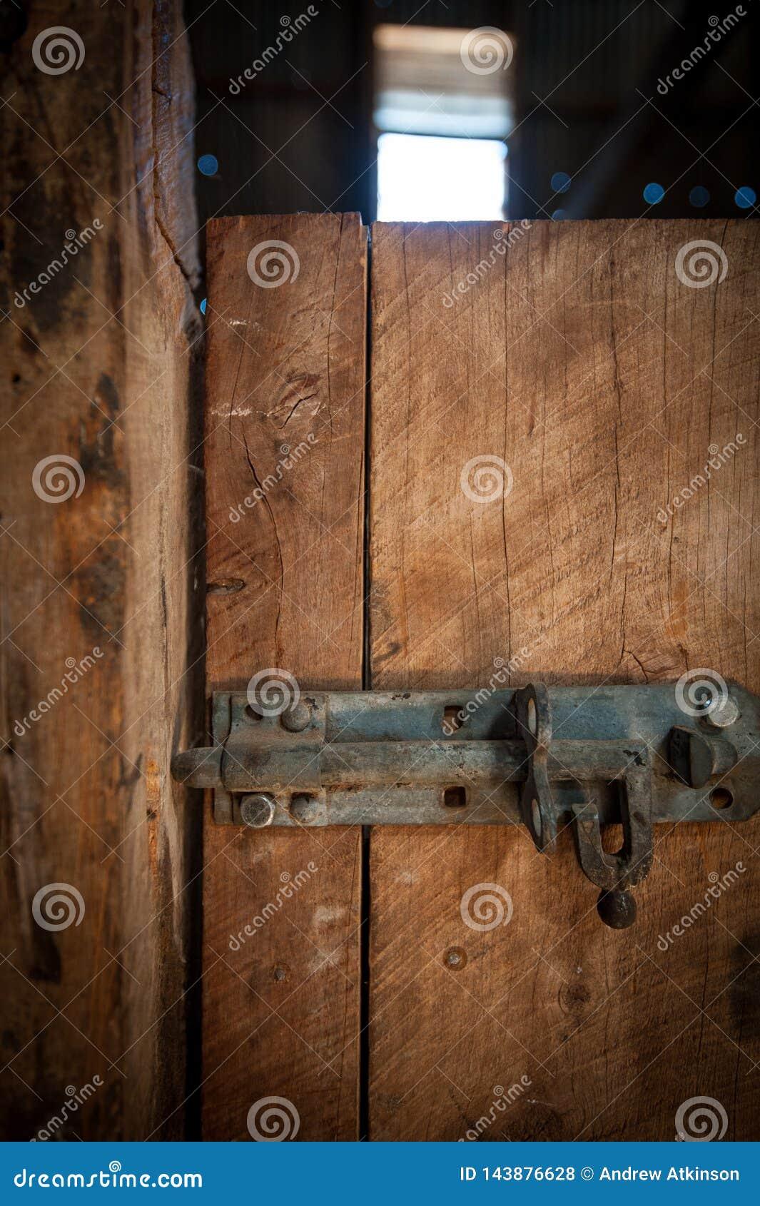 Замок защелки утюга на деревянной двери
