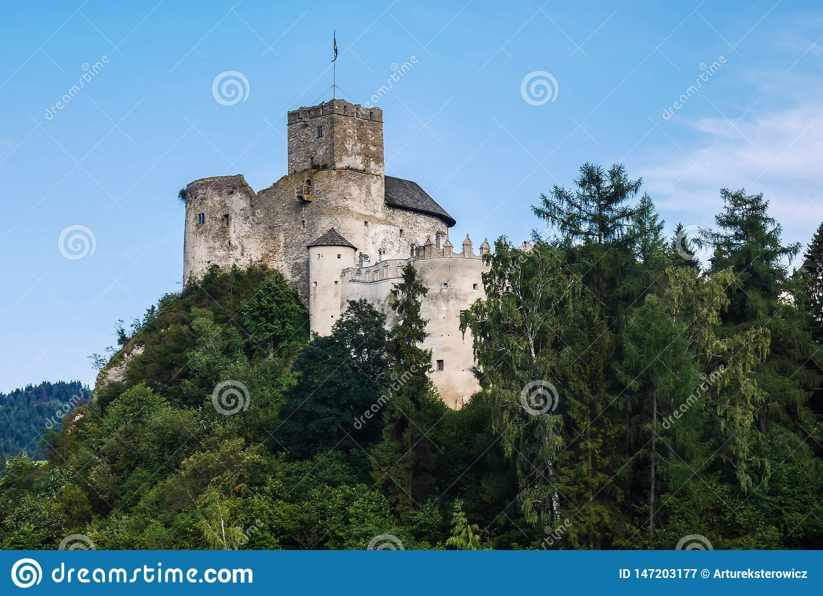 Замок на холме над озером