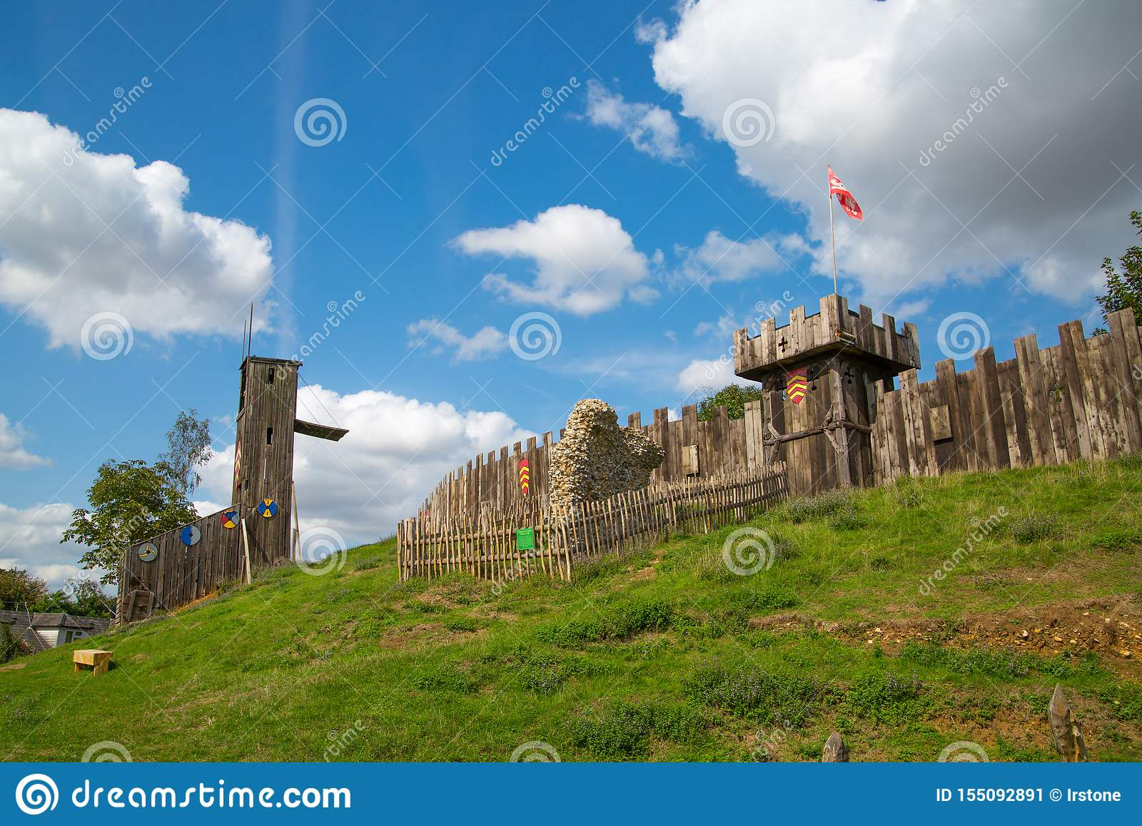 Замок Норман, реконструкция деревни, датированная назад до 1050 Воспитательный центр для детей с демонстрацией обычной жизни и лы