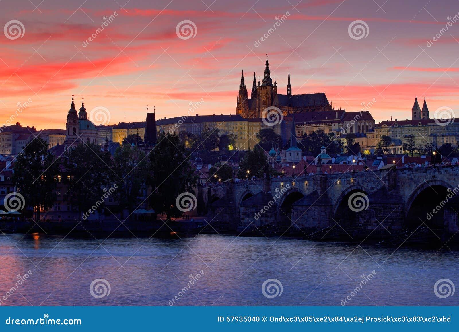Замок Праги, готический стиль, самый большой старый замок в мире и Карлов мост, построенный в средневековых временах, moving шлюп