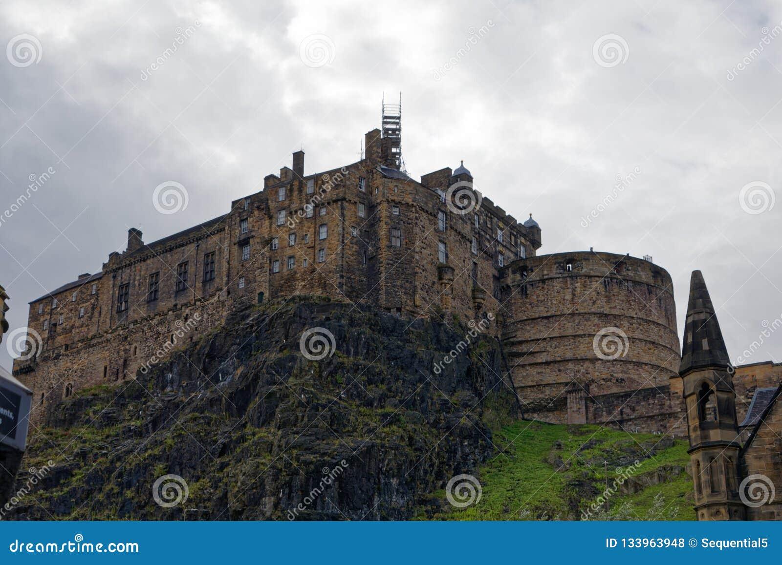 Замок Эдинбурга осмотренный снизу
