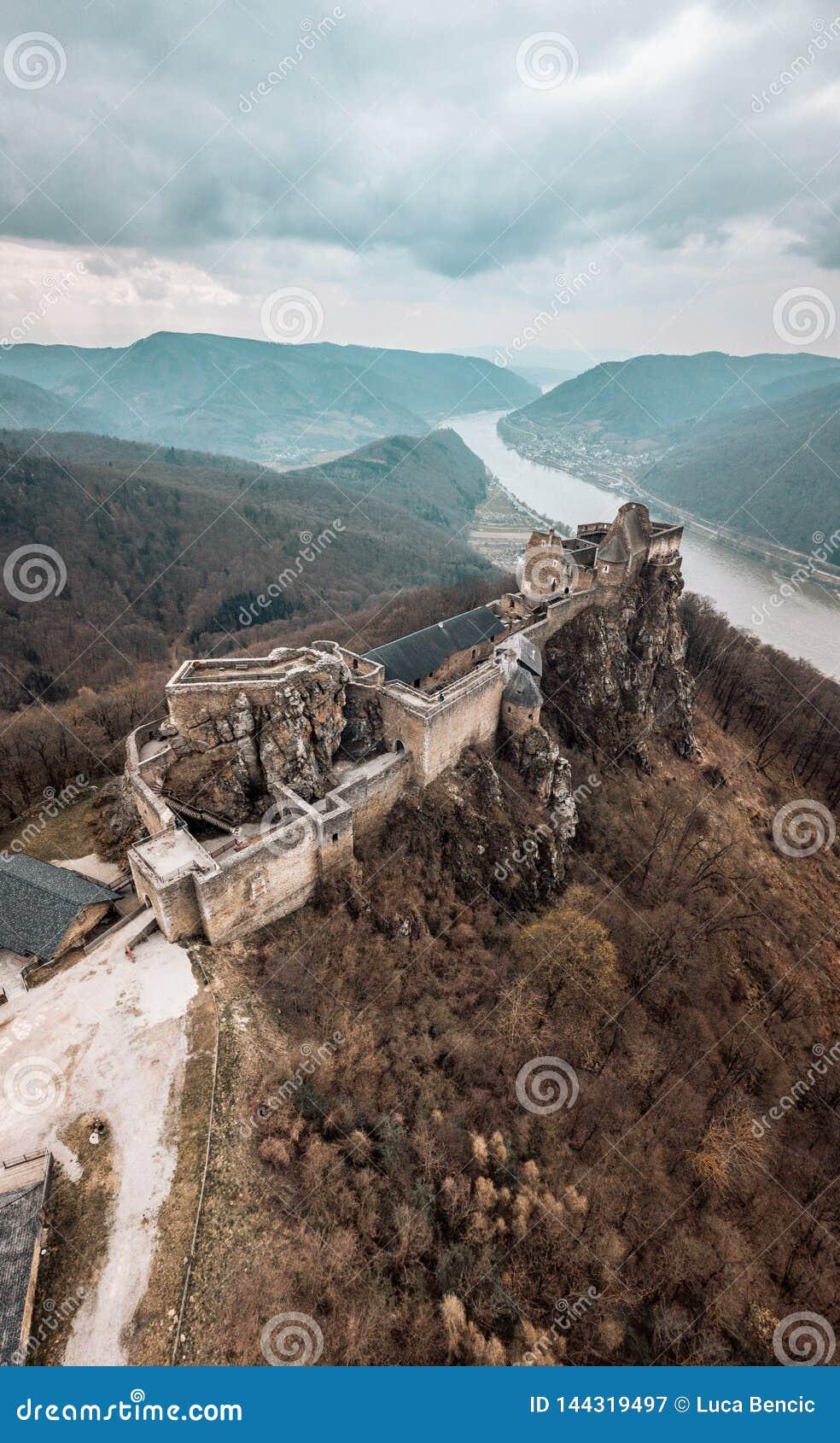 Замок Aggstein с Дунай на предпосылке
