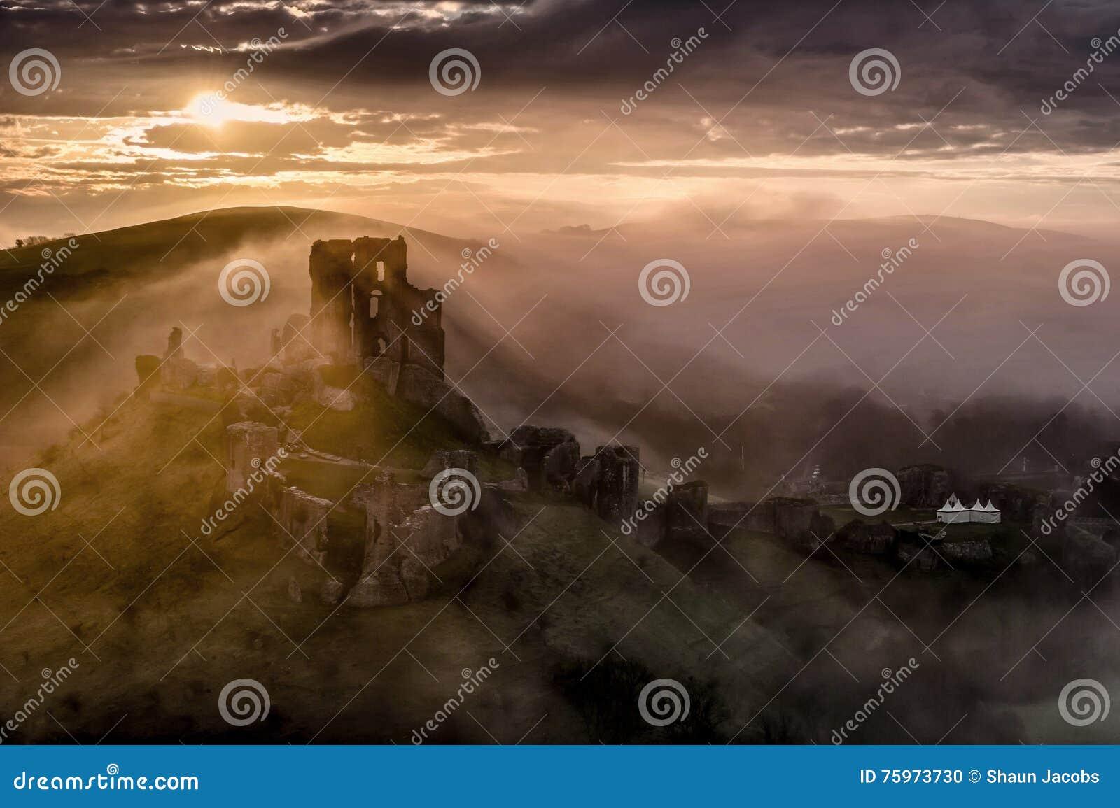 Замок Corfe на туманном утре в Дорсете