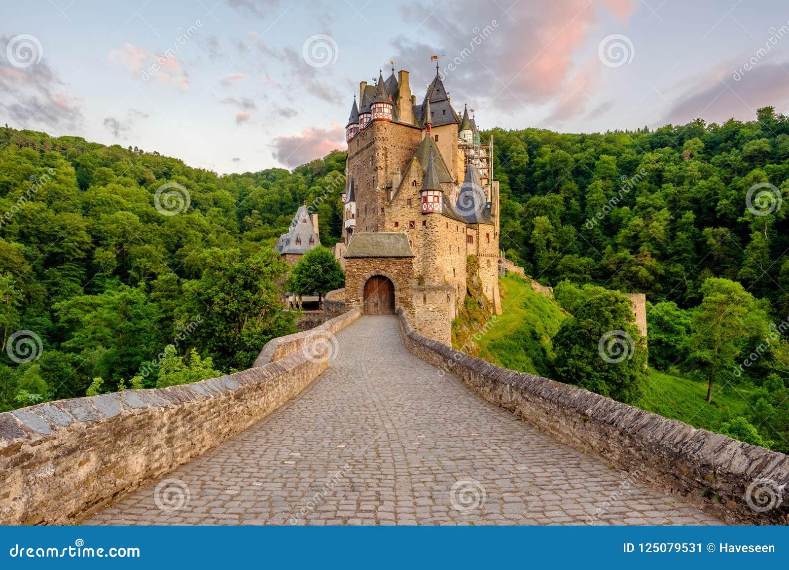 Замок Eltz Burg в Rhineland-Palatinate на заходе солнца