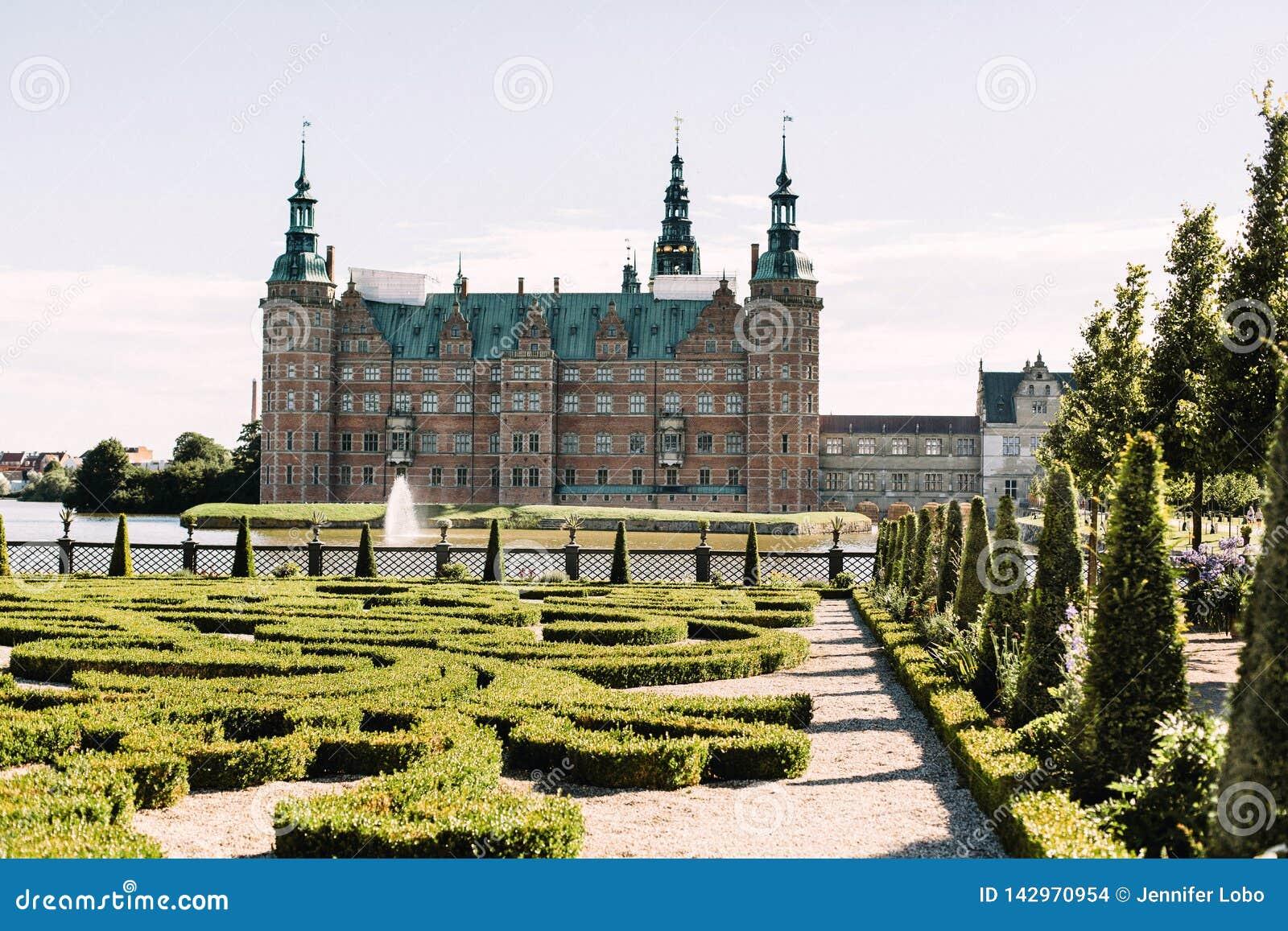 Замок Frederiksborg издалека