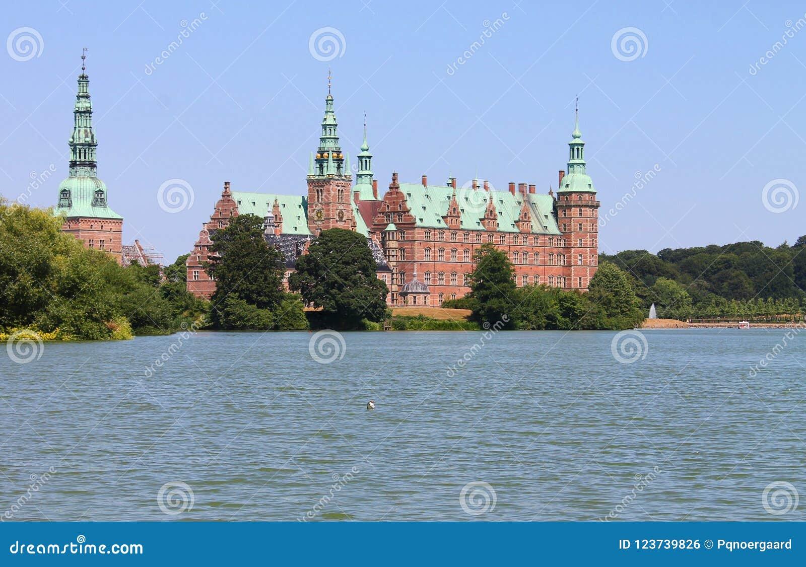 Замок Frederiksborg озером