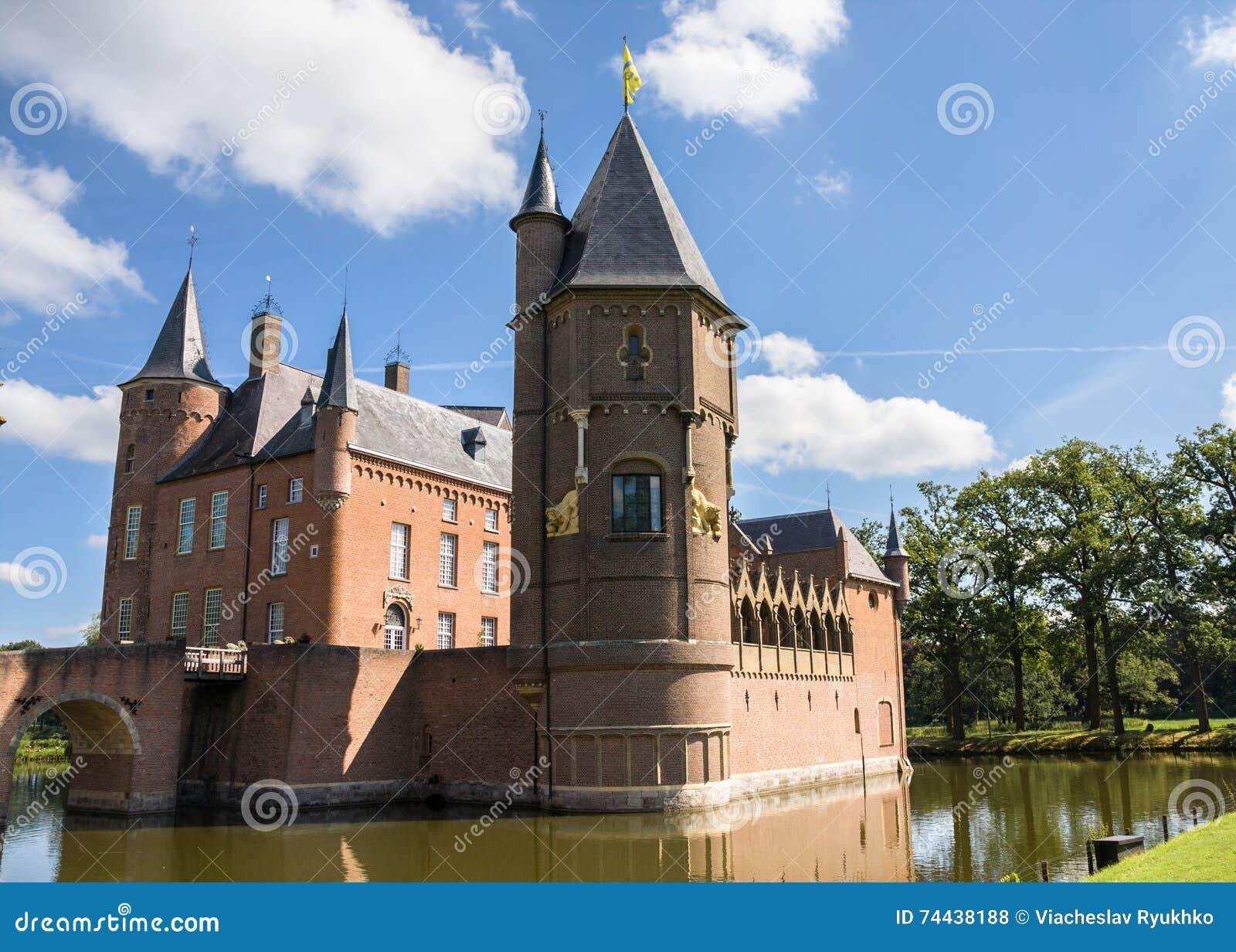 Замок Heeswijk на воде