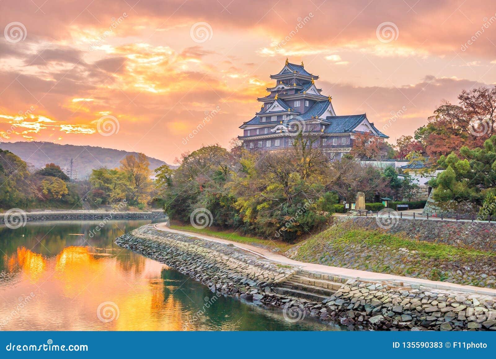 Замок Okayama в сезоне осени в городе Okayama, Японии
