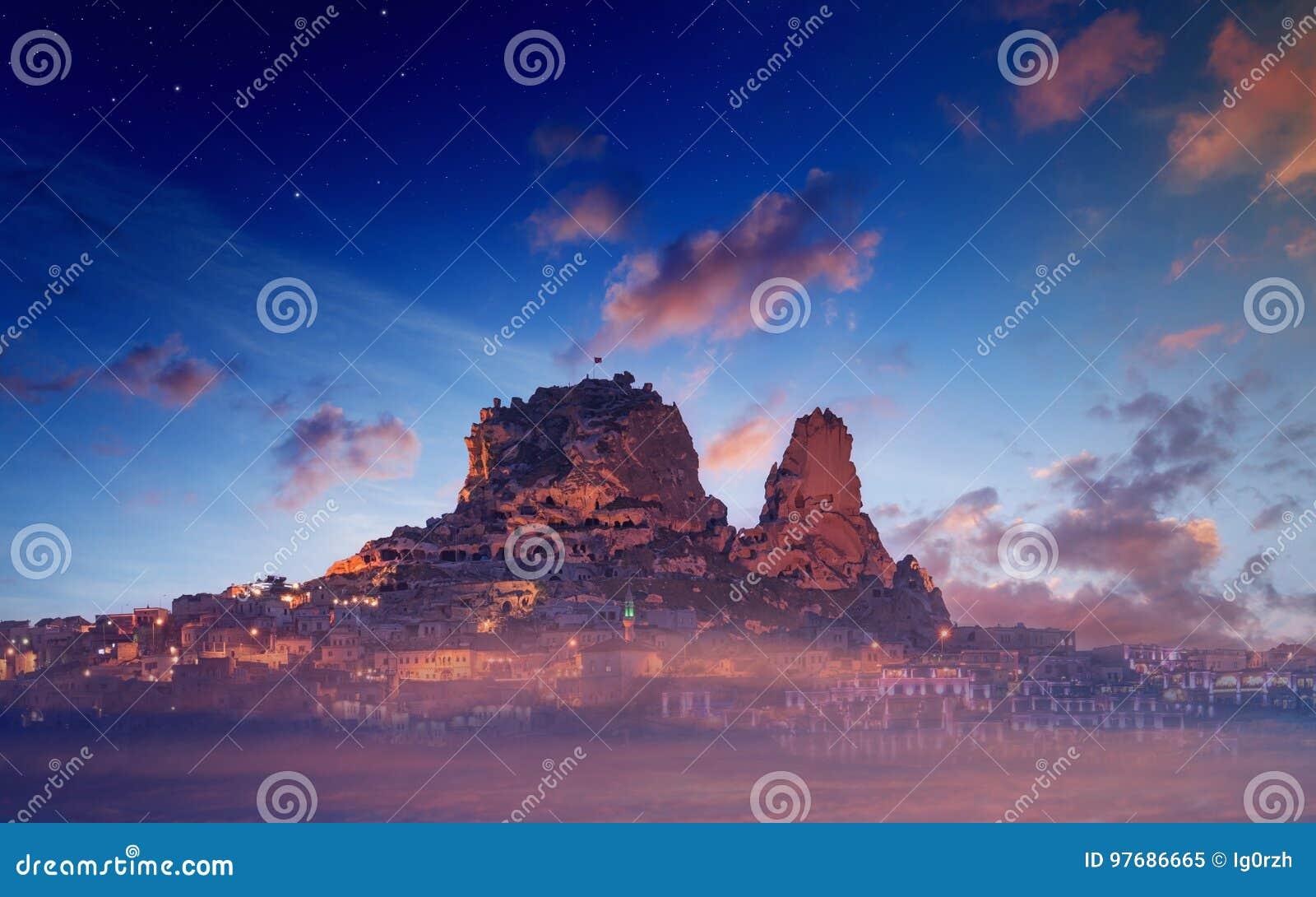 Замок Uchisar на утесе в древнем городе, Cappadocia, Турции