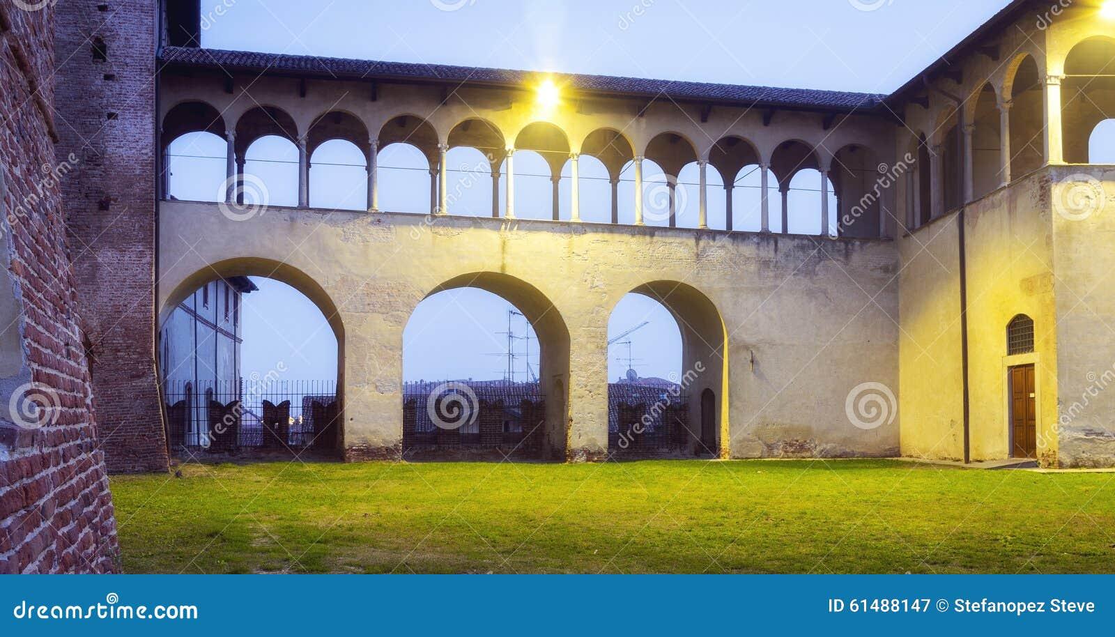 Замок Vigevano, взгляд ночи мать 2 изображения дочей цвета