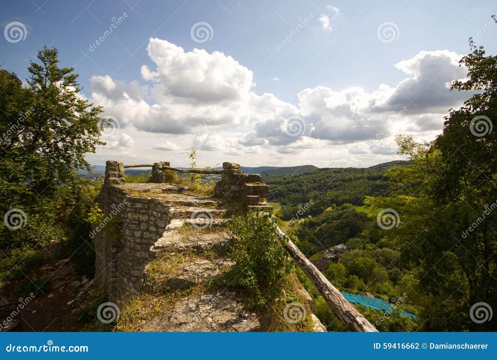 Замок Wartenbert в деревне Muttenz