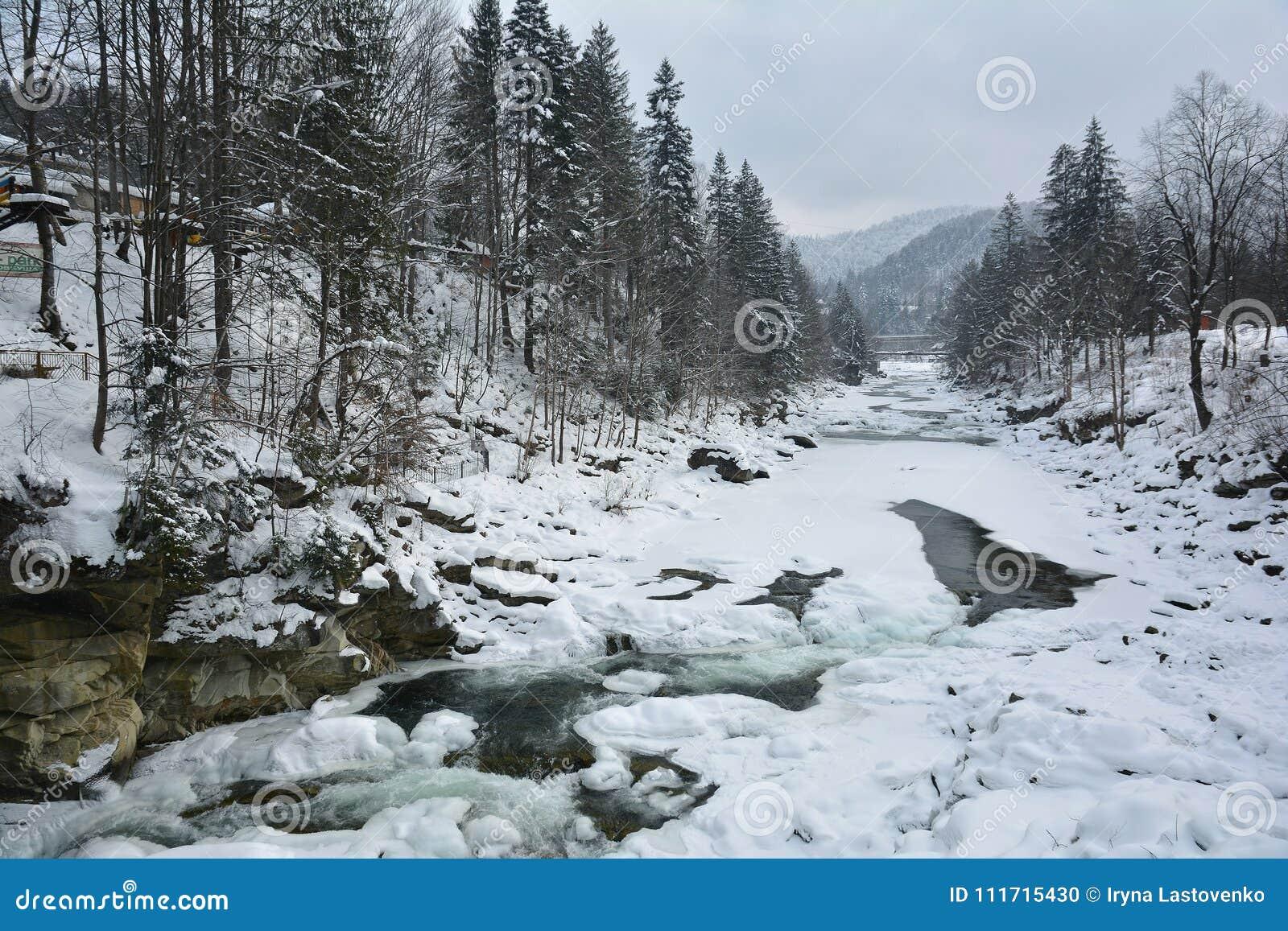 Замороженное быстрое река Prut горы в зиме Плавить весны льда