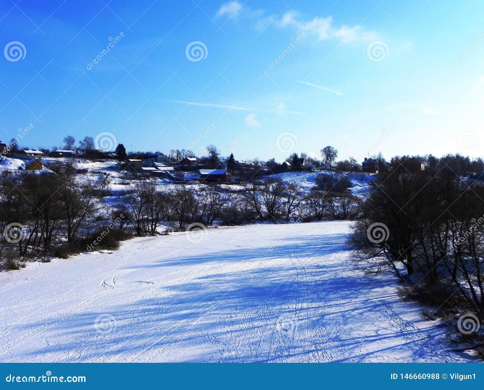 Замороженное река в зиме Лед приковал воду реки Природа севера o