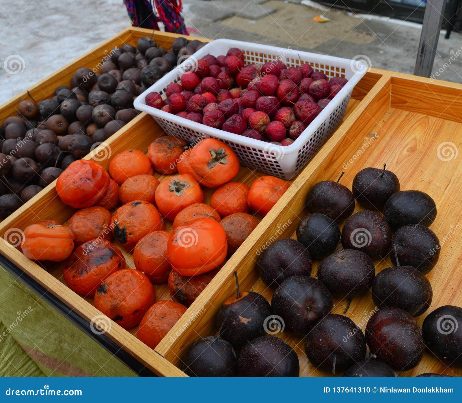 Замороженные плоды на местном рынке