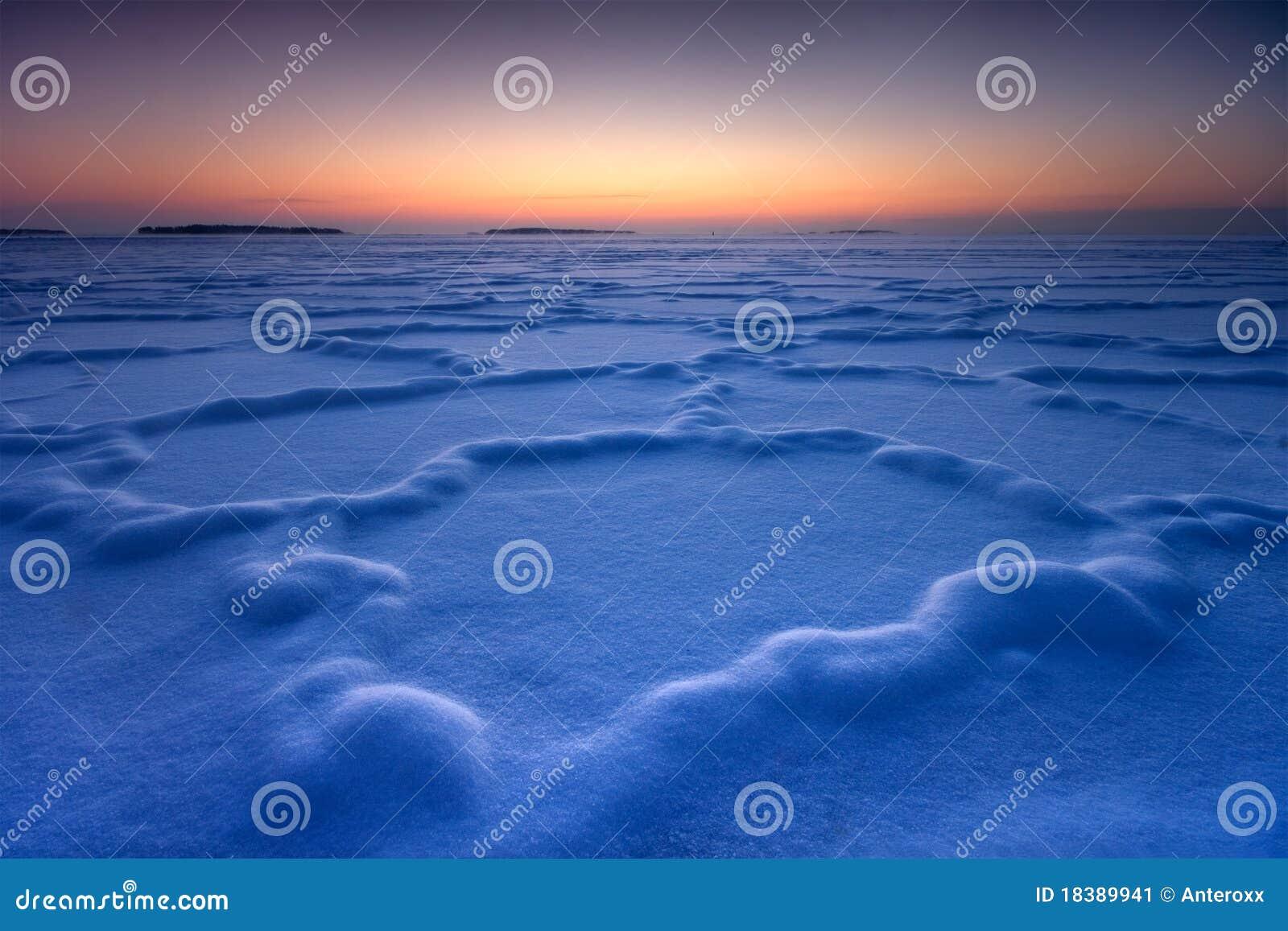 замороженный льдед формирует снежное