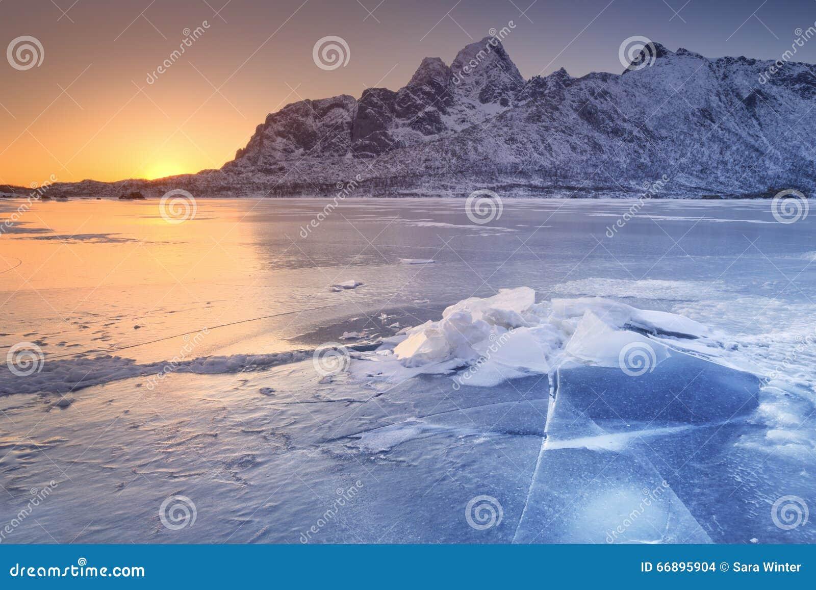 Замороженный фьорд на Lofoten в северной Норвегии