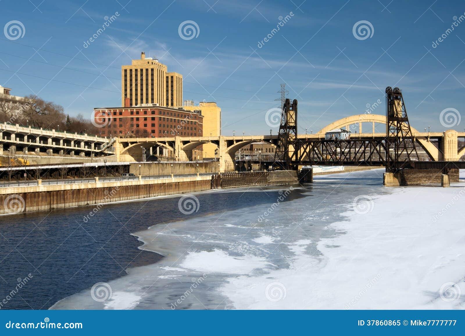 Заморозьте покрытую реку Миссисипи, St Paul, Минесоту, США