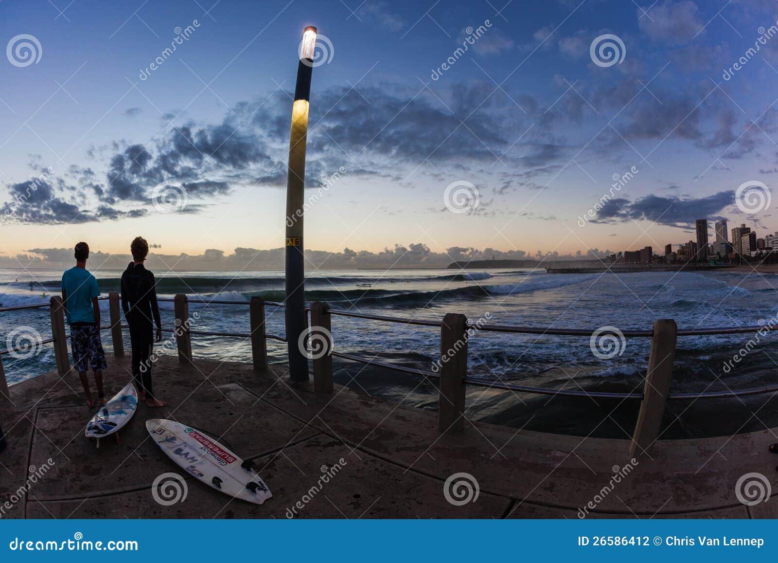 Заниматься серфингом пляжа Дурбан волн океана восхода солнца рассвета