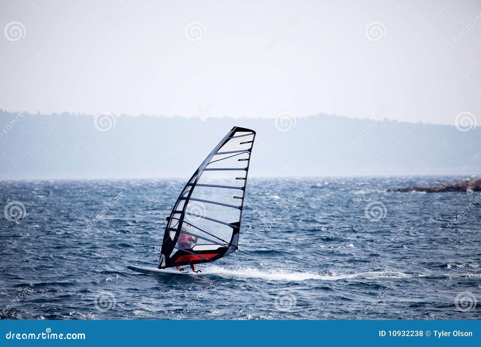 занимаясь серфингом ветер