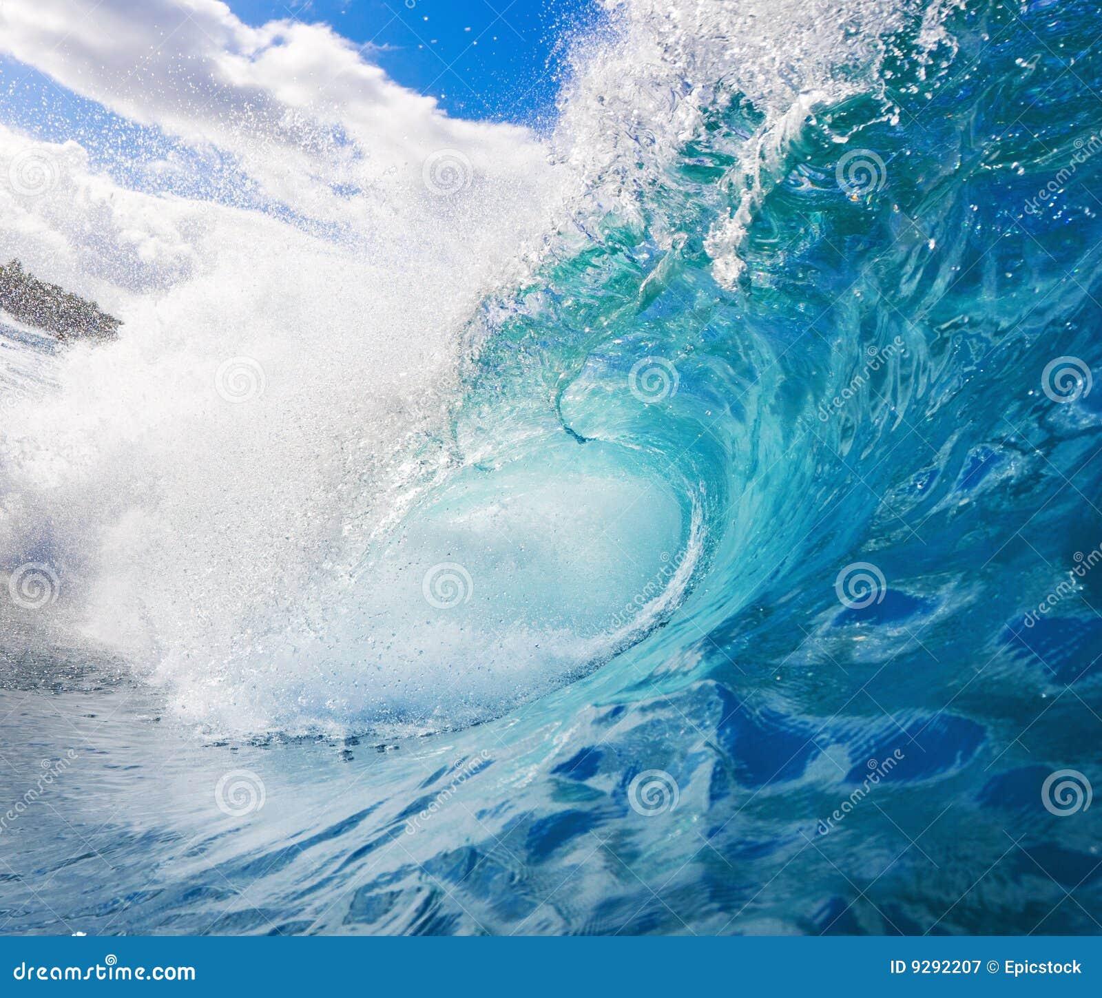 занимаясь серфингом волна