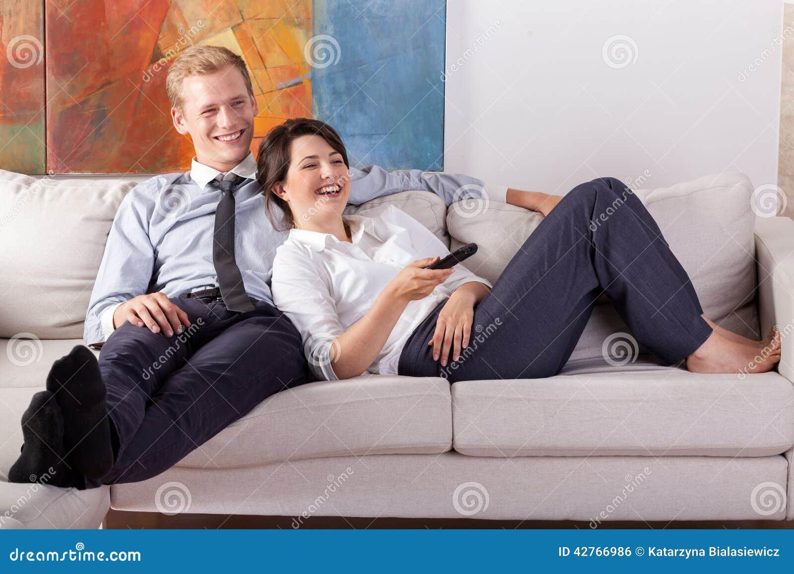 Занятые пары смотря ТВ после работы