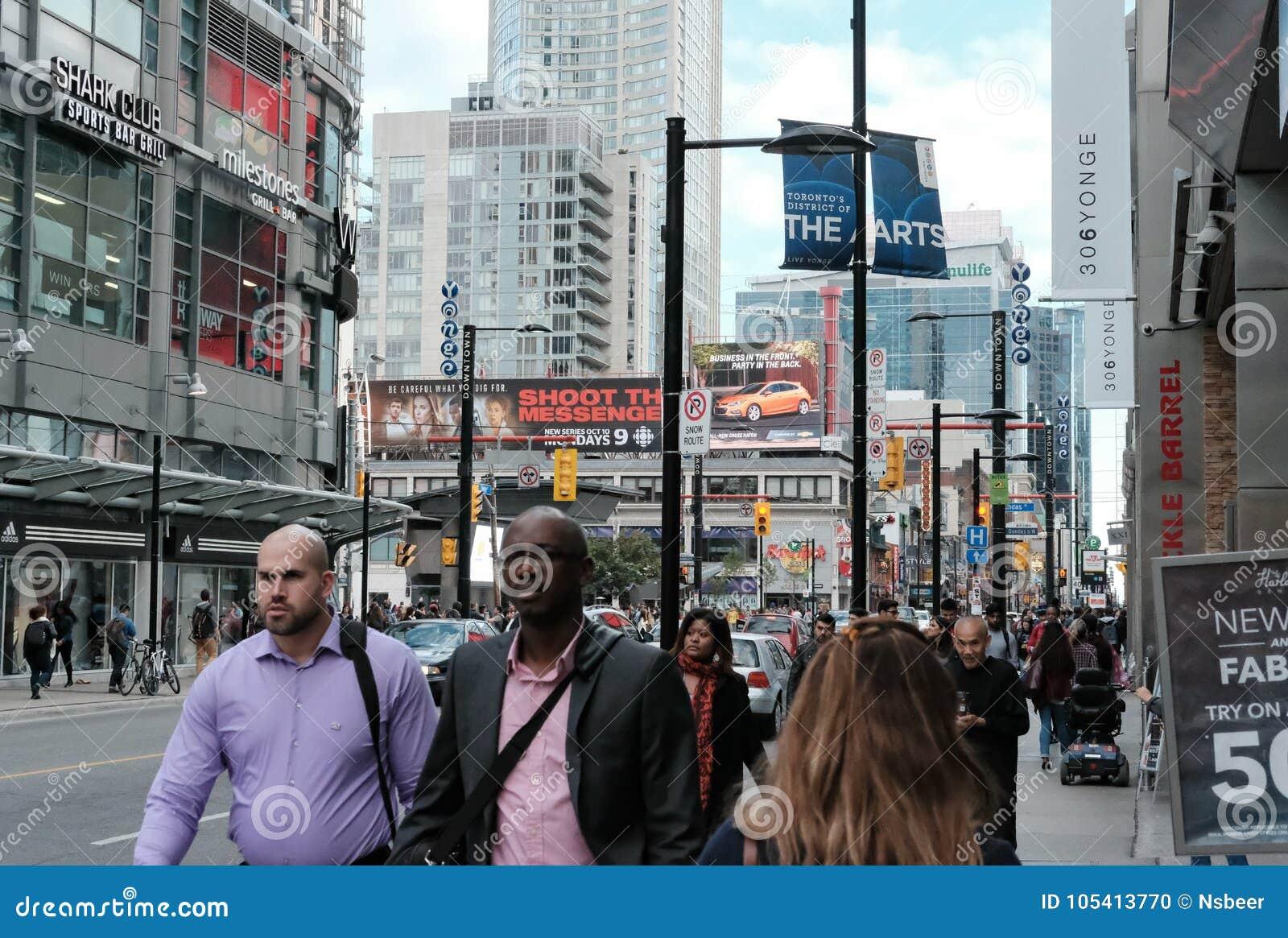 Занятые улицы города увиденные во время коммутируя часа