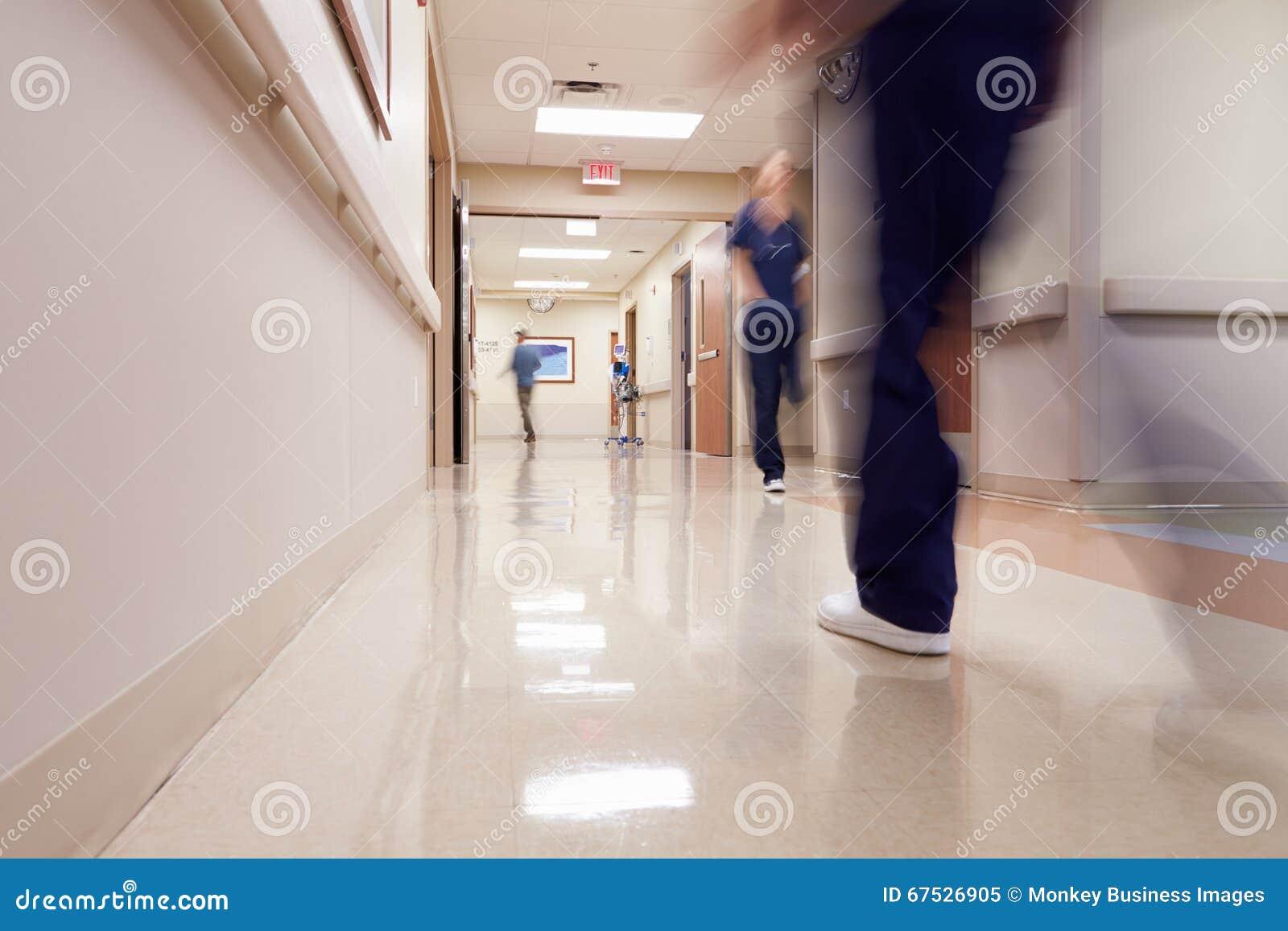 Занятый коридор больницы с медицинским персоналом