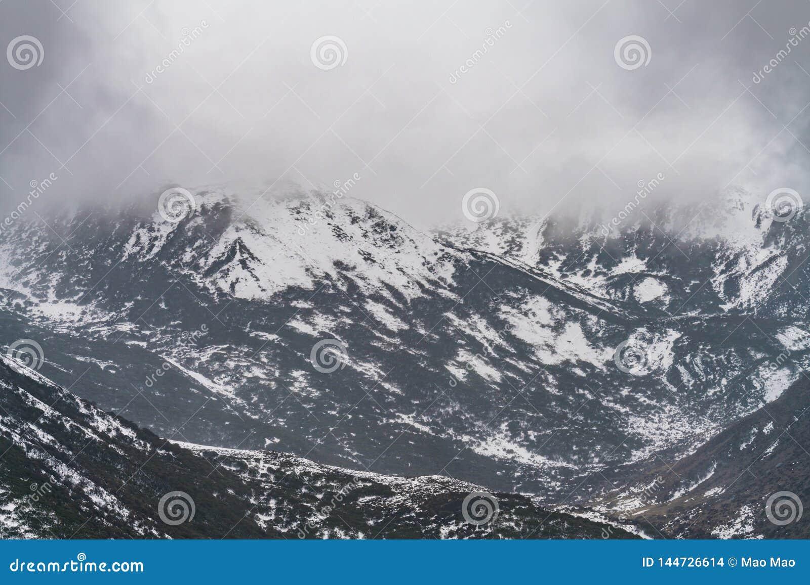 Западный Сычуань, Китай, падения облака горы снега