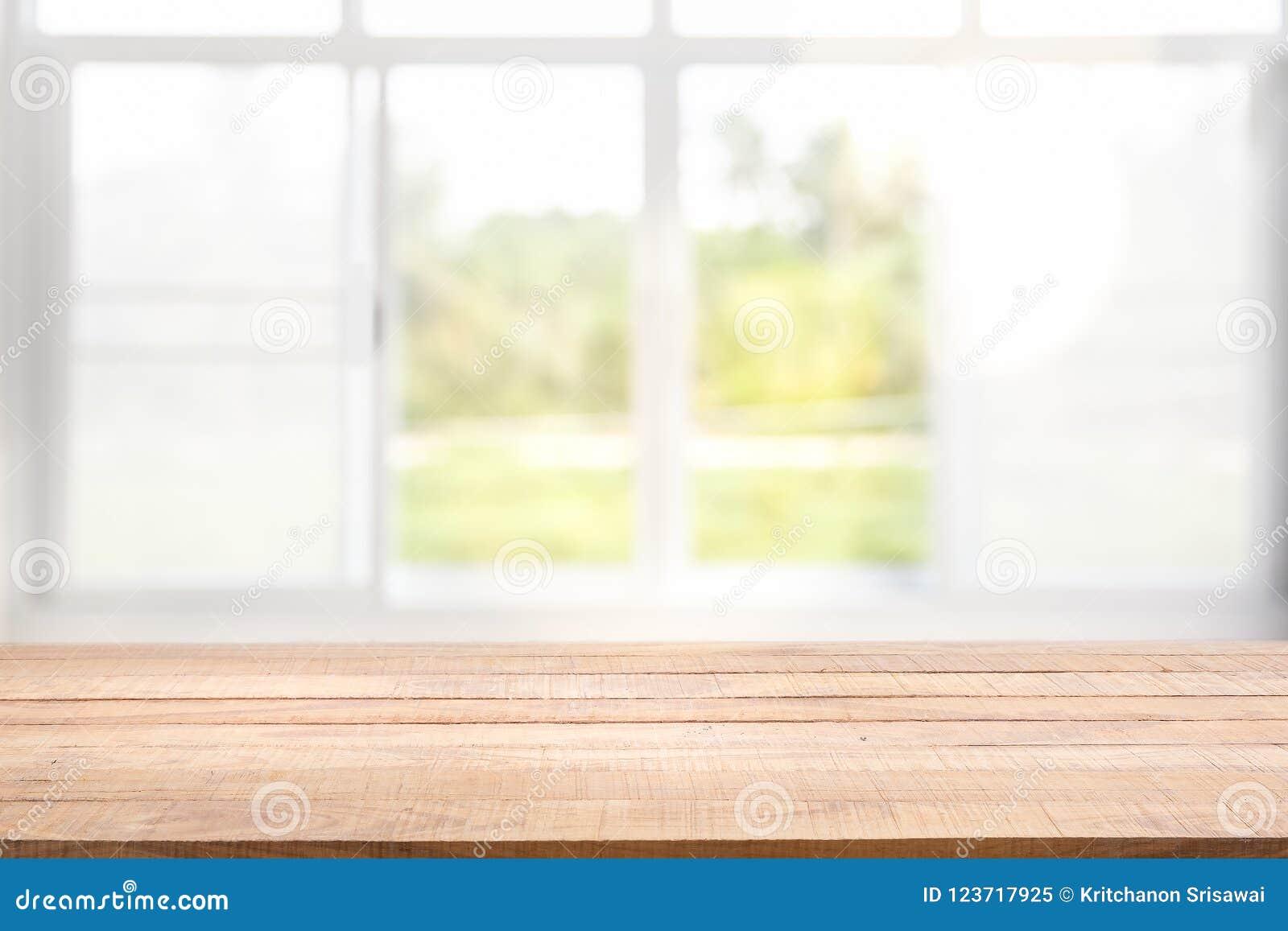 Запачкайте предпосылку белого стекла окна и зеленого взгляда от сада