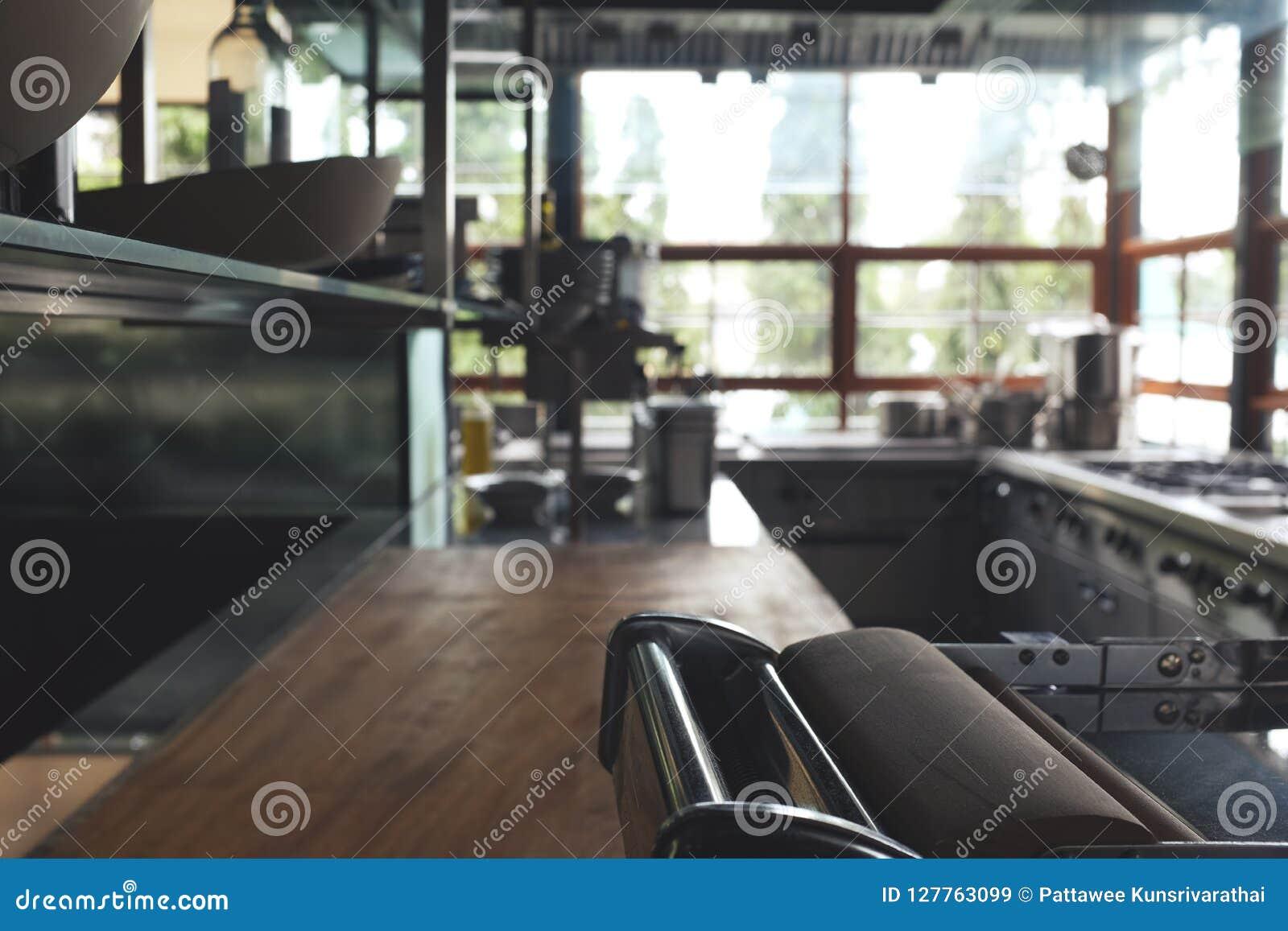 Запачкайте типичную кухню ресторана, никаких людей, земли кухни задней