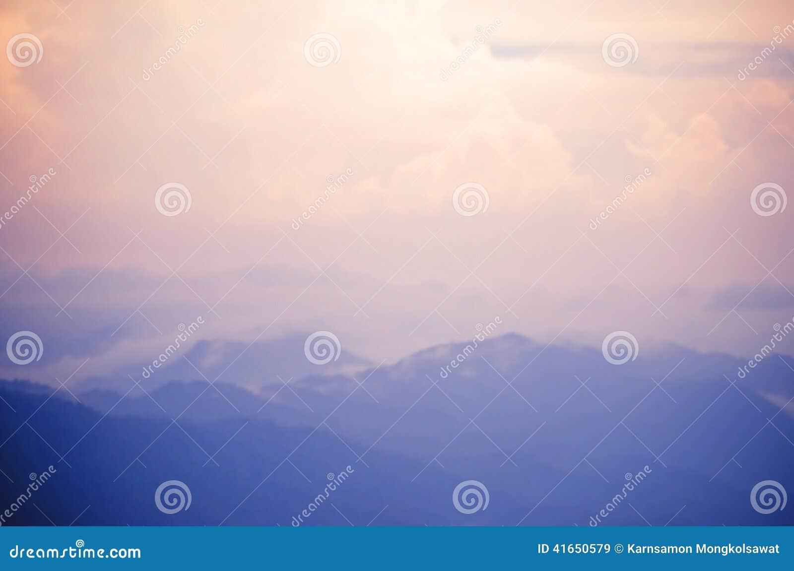 Запачканная предпосылка голубой горы и розового неба
