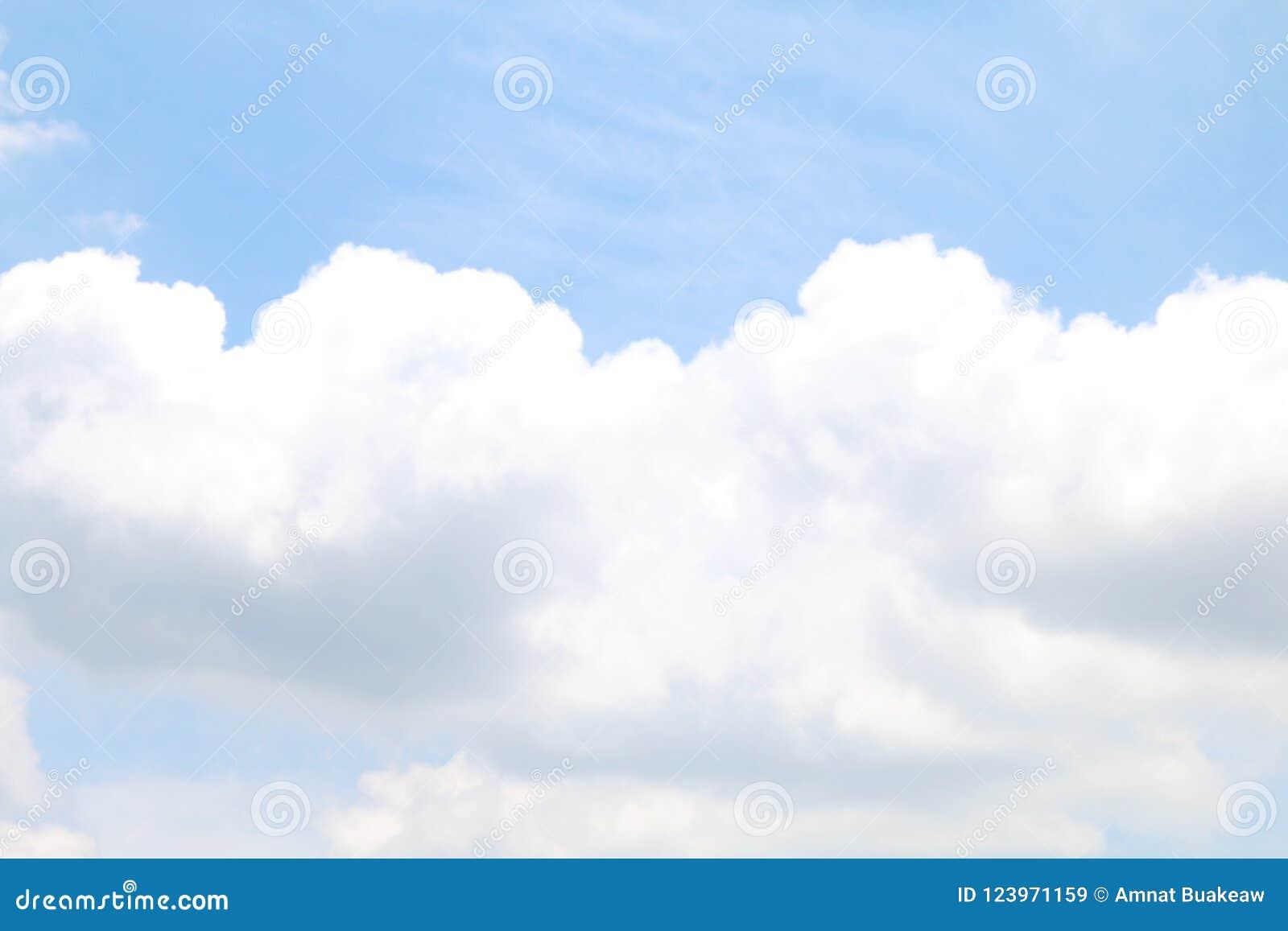 Запачканная ясность неба мягко голубая и большая белизна облака, стиль голубого цвета cloudscape неба пастельный, нежность облака
