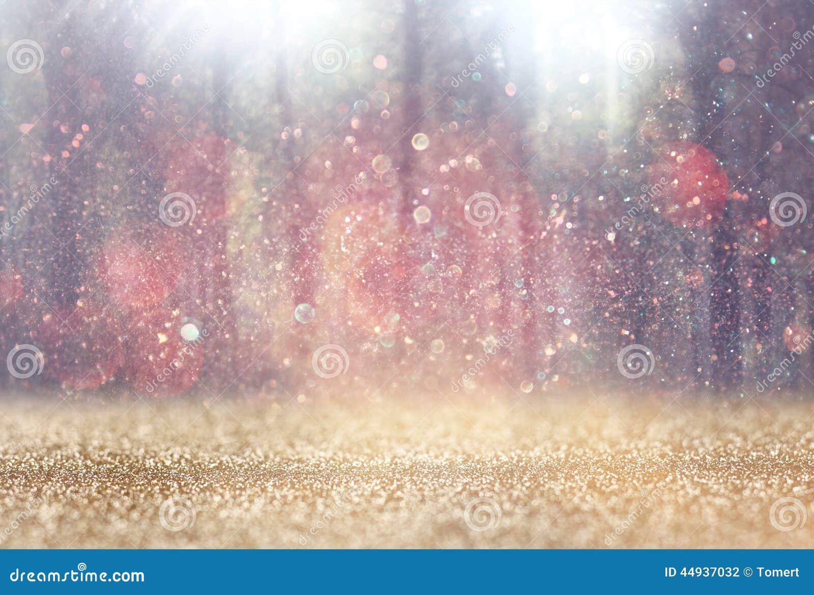 Запачканное абстрактное фото света разрывало среди деревьев и светов bokeh яркого блеска фильтрованное изображение и текстурирова